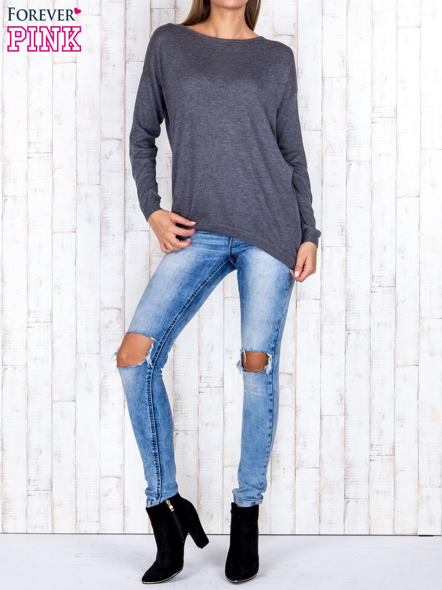 Ciemnoszary nietoperzowy sweter oversize z dłuższym tyłem                                  zdj.                                  2
