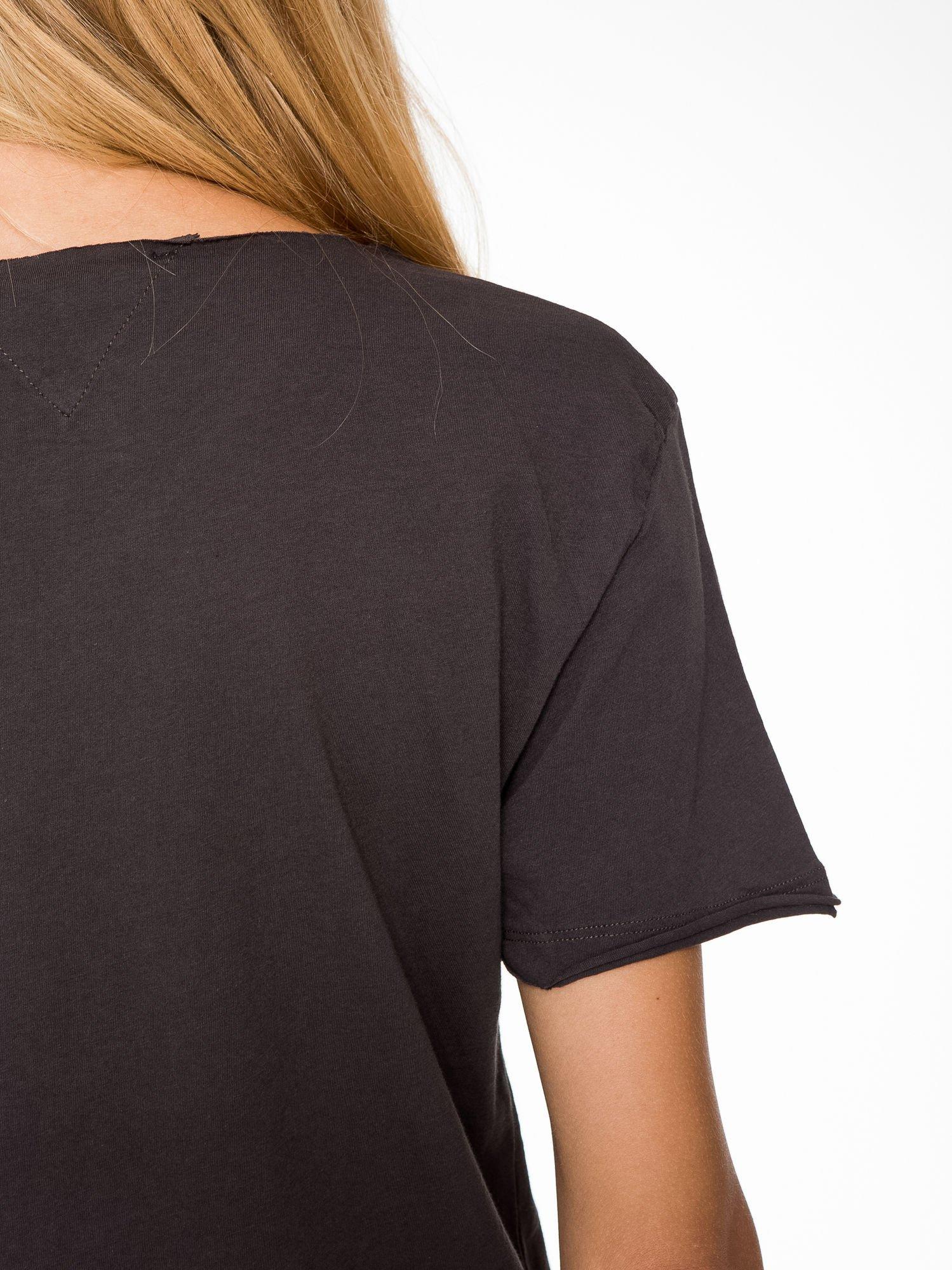 Ciemnoszary t-shirt cropped z nadrukiem basketball                                  zdj.                                  8