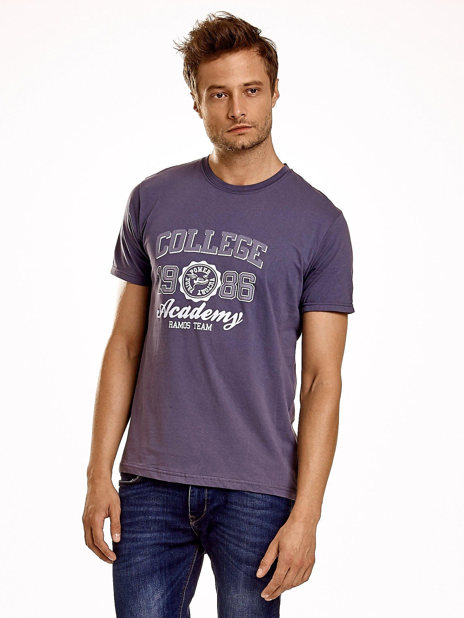 Ciemnoszary t-shirt męski z nadrukiem i napisem COLLEGE 1986                                  zdj.                                  1