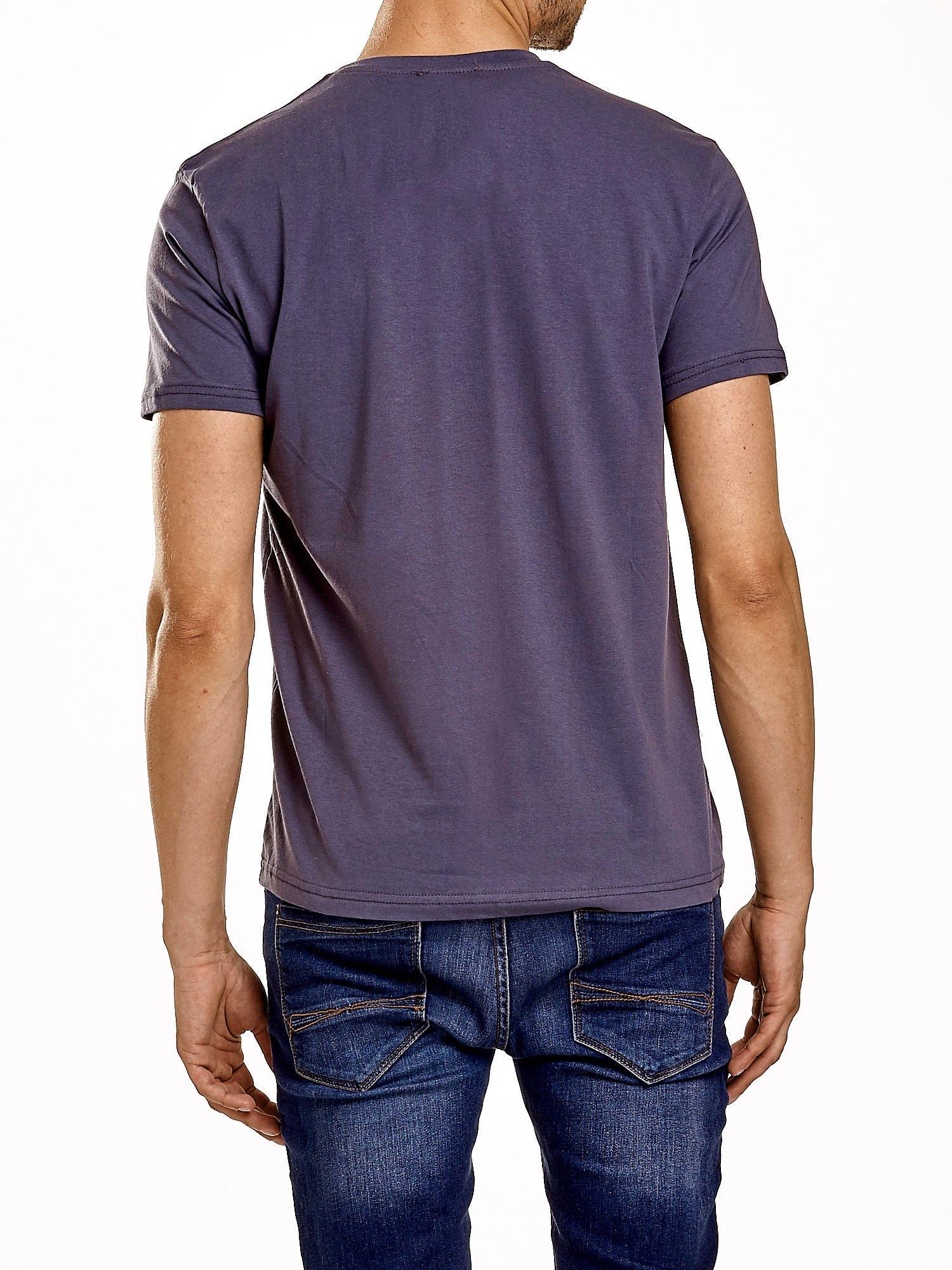 Ciemnoszary t-shirt męski z nadrukiem napisów                                  zdj.                                  5