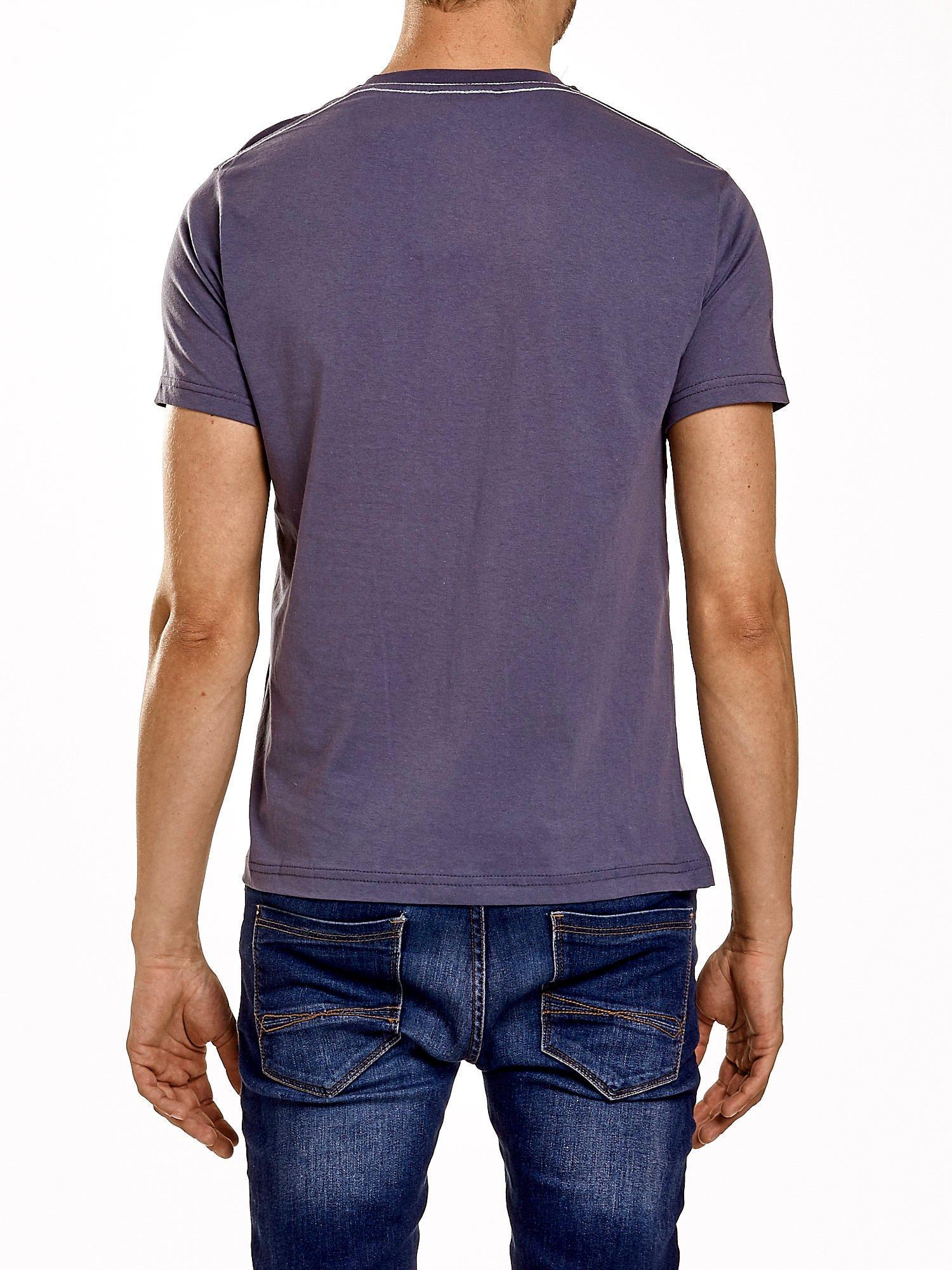 Ciemnoszary t-shirt męski z napisem BROOKLYN ATHLETIC UNIVERSITY                                  zdj.                                  5