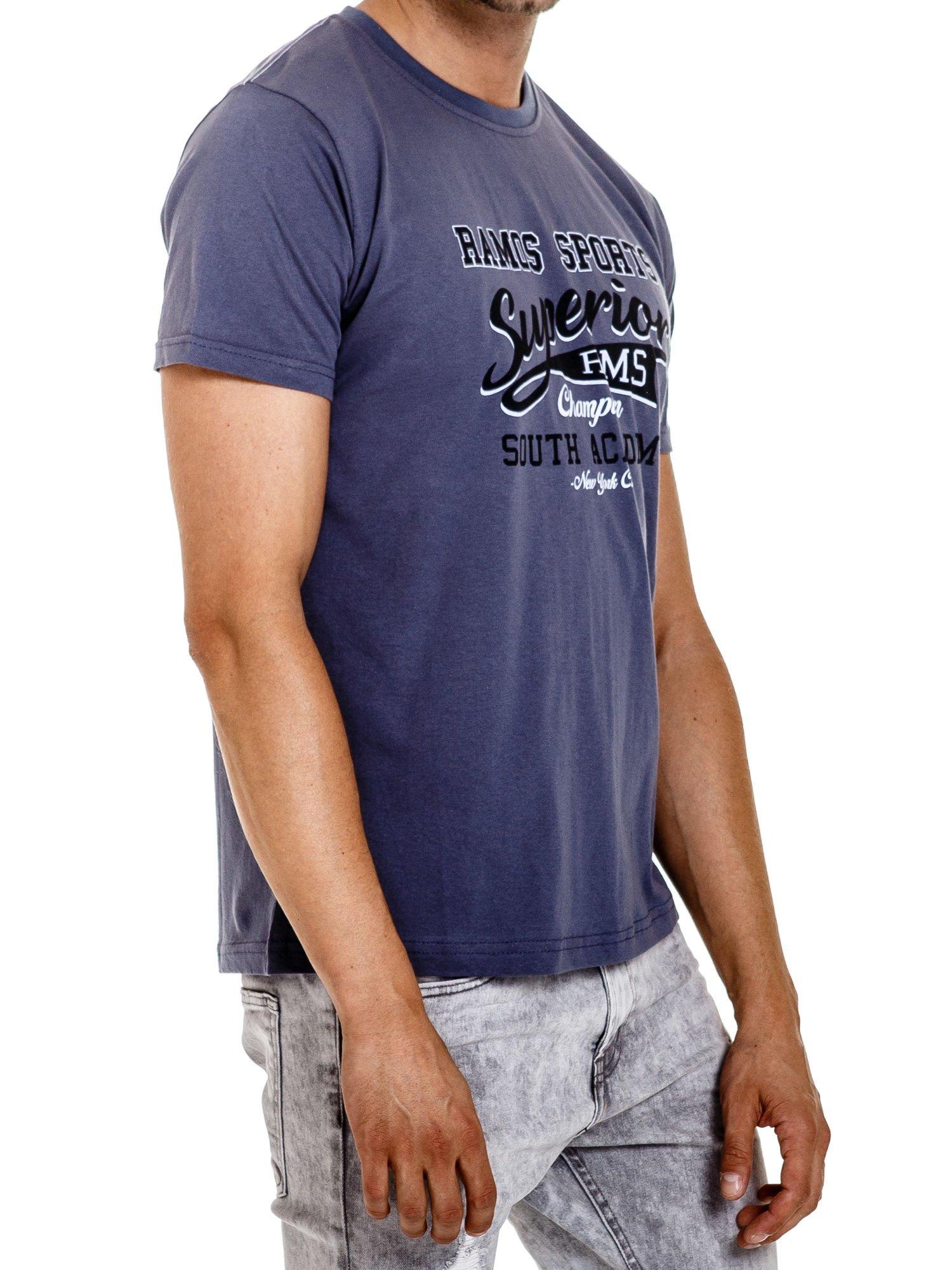 Ciemnoszary t-shirt męski ze sportowym nadrukiem i napisem SUPERIOR                                  zdj.                                  3