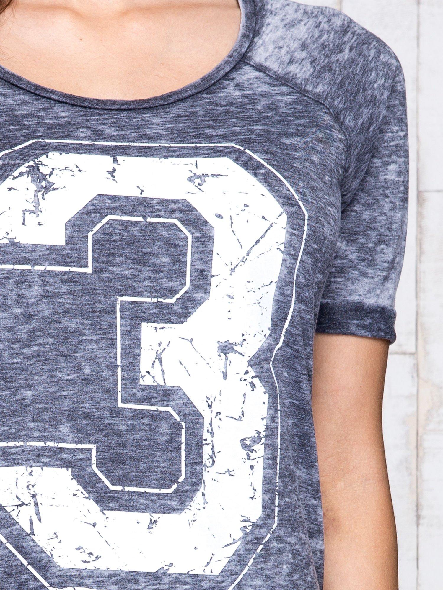 Ciemnoszary t-shirt z cyfrą 3                                  zdj.                                  6