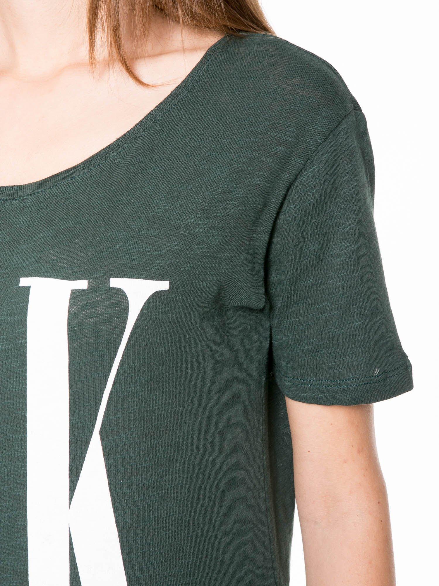 Ciemnozielony t-shirt z napisem OK                                  zdj.                                  7