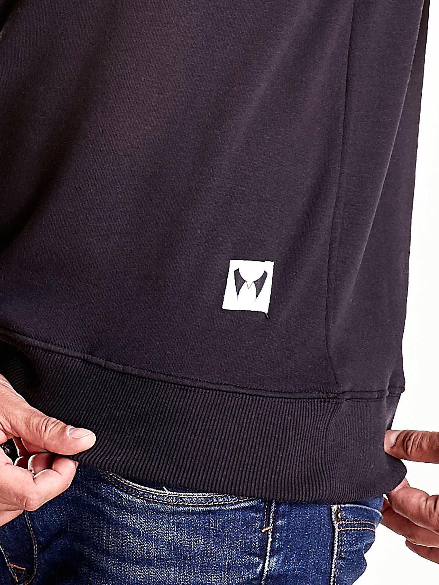 Czarna bluza męska z tekstowymi naszywkami                                  zdj.                                  6