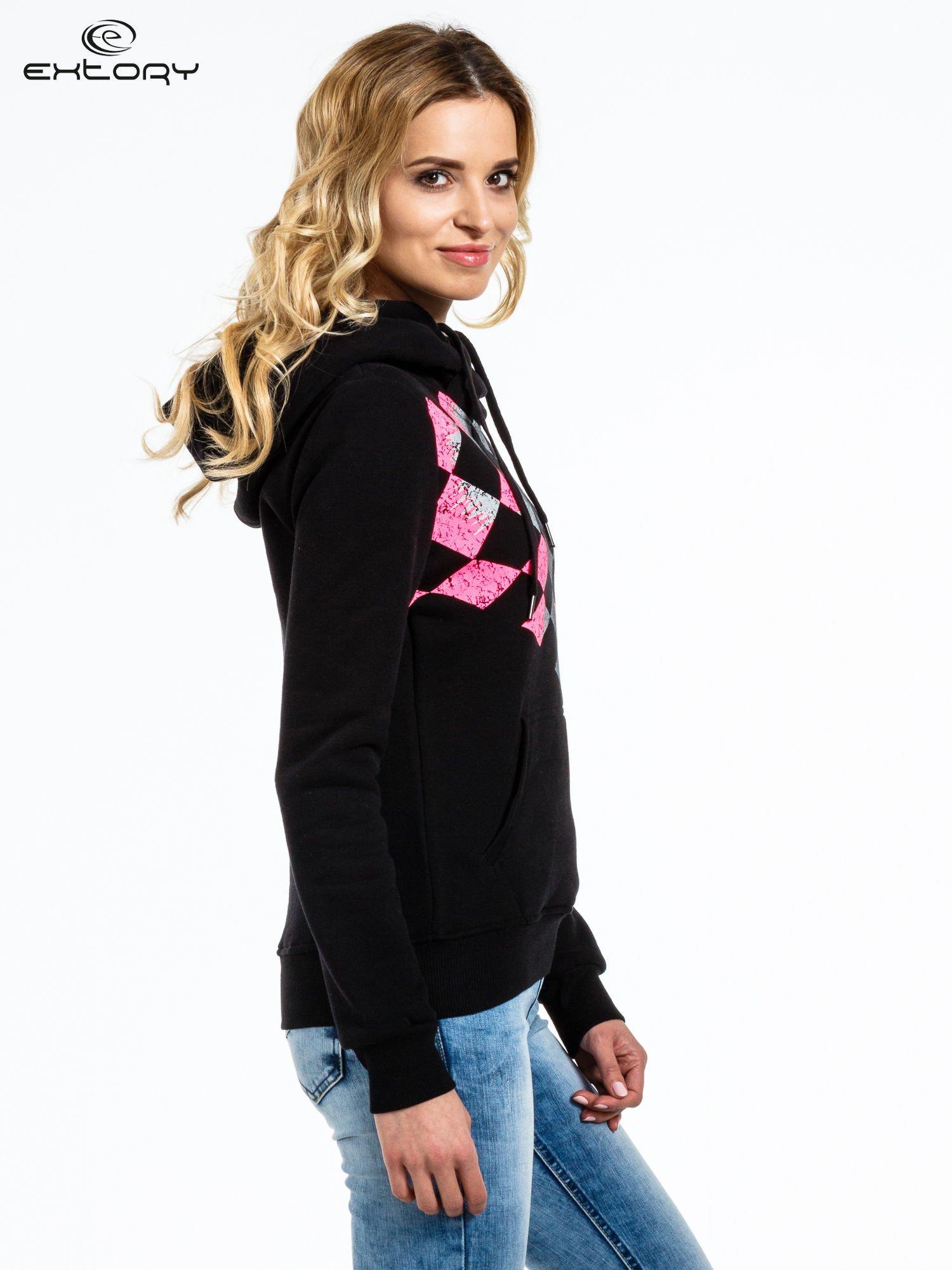 Czarna bluza sportowa z kapturem i nadrukiem w romby                                  zdj.                                  2