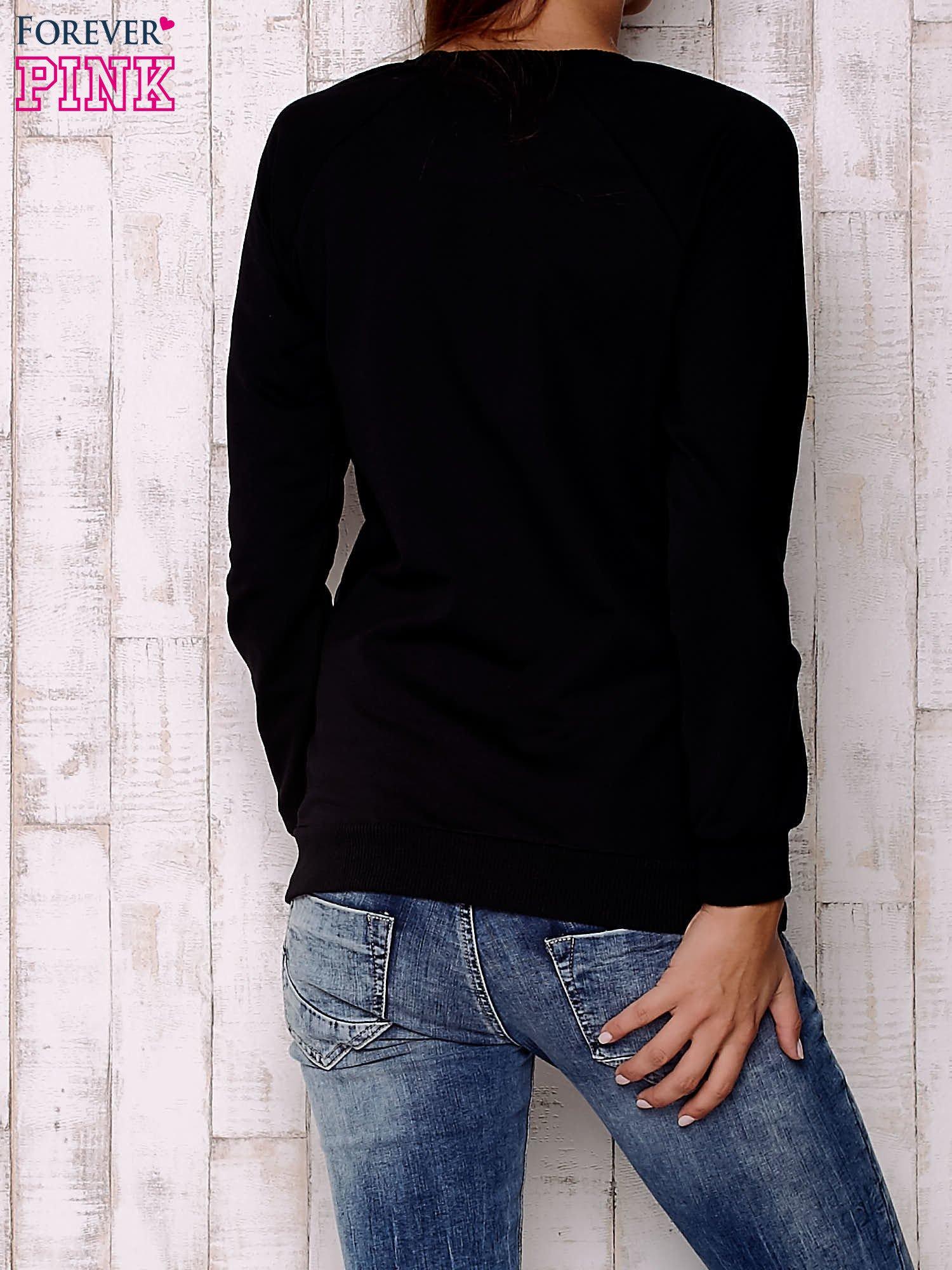 Czarna bluza z komiksowymi nadrukami                                  zdj.                                  4