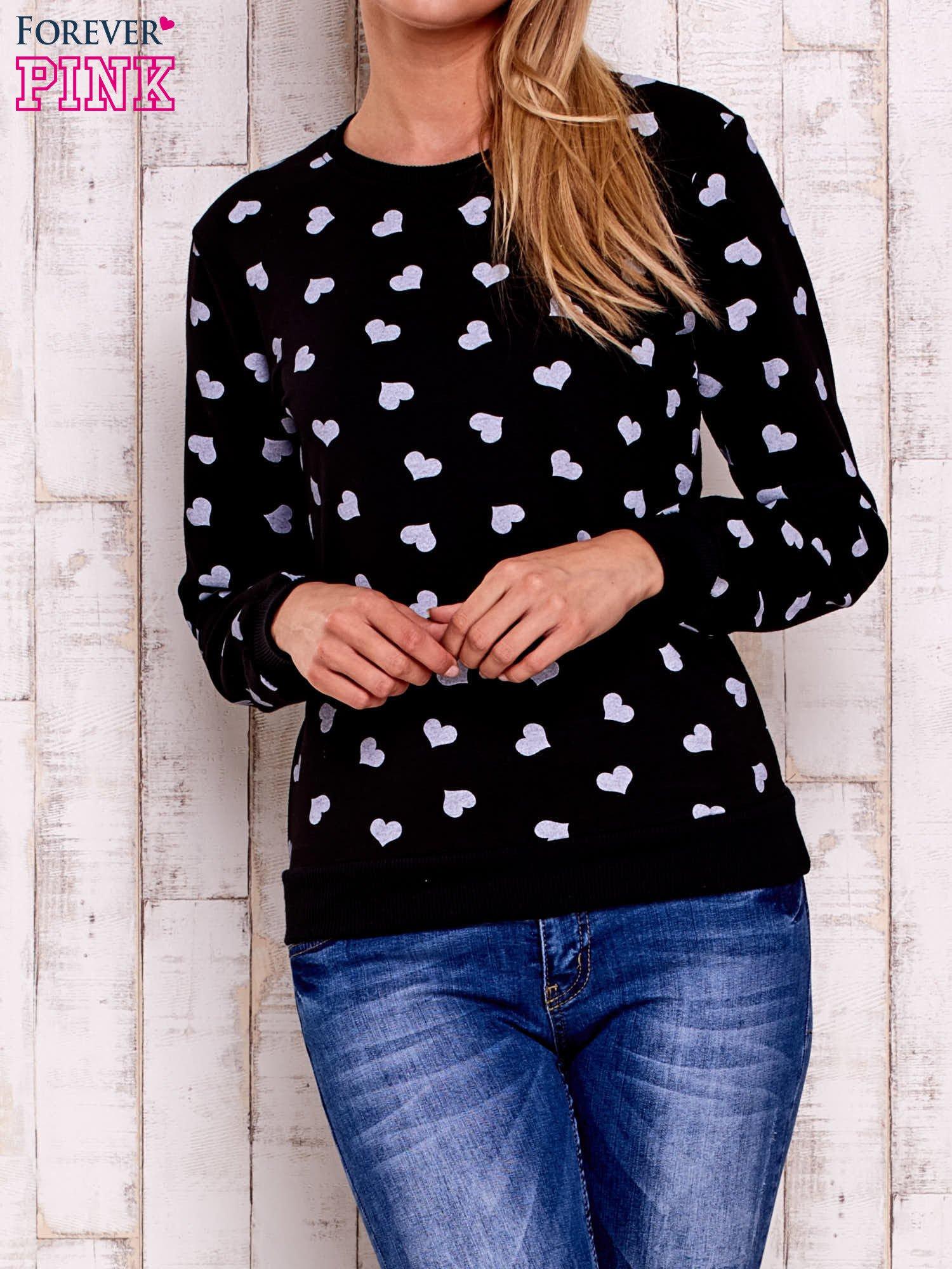 Czarna bluza z nadrukiem serduszek                                  zdj.                                  1