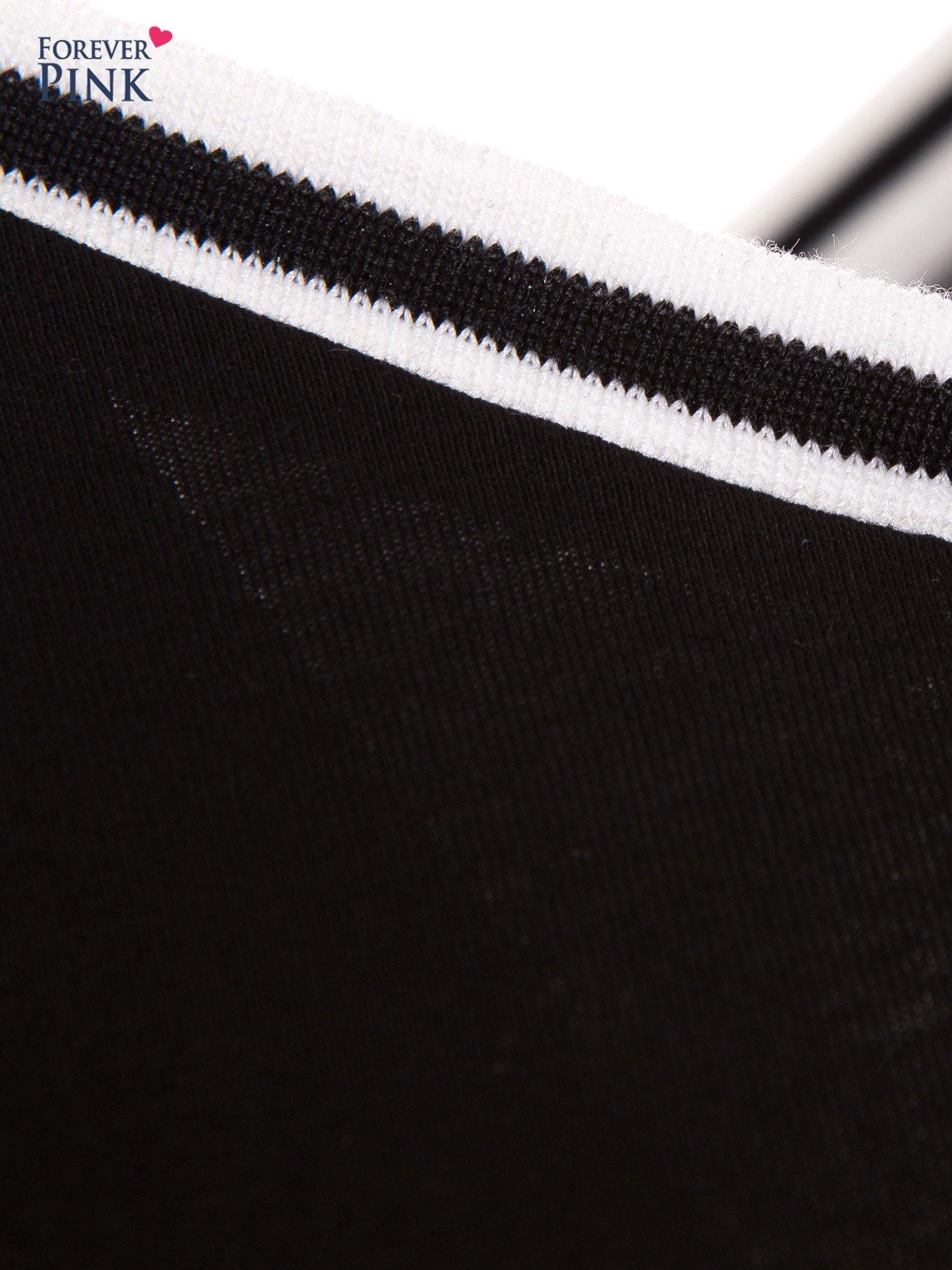 Czarna bluzka z kontrastową lamówką                                  zdj.                                  5