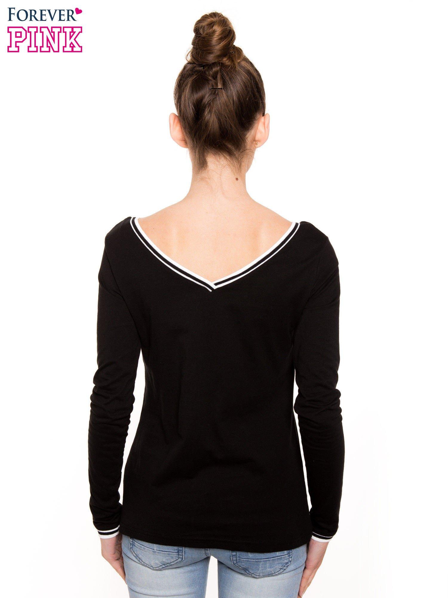 Czarna bluzka z kontrastową lamówką                                  zdj.                                  2