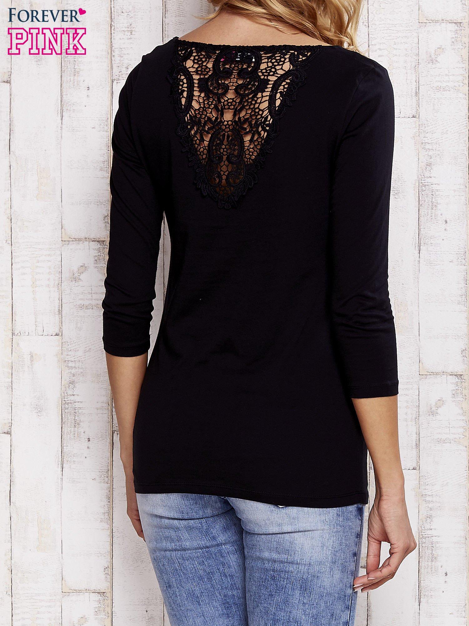 Czarna bluzka z koronkową wstawką na plecach                                  zdj.                                  4