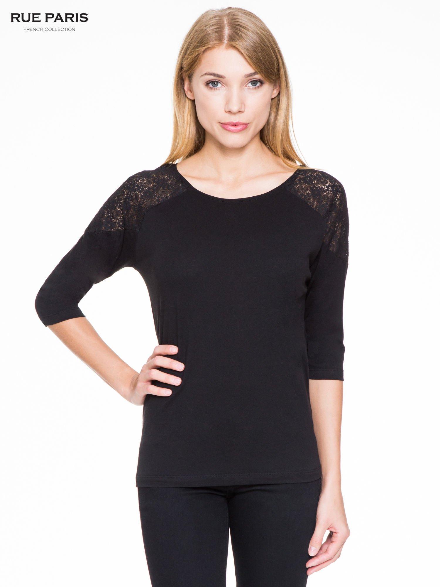 Czarna bluzka z koronkową wstawką na ramionach                                  zdj.                                  1