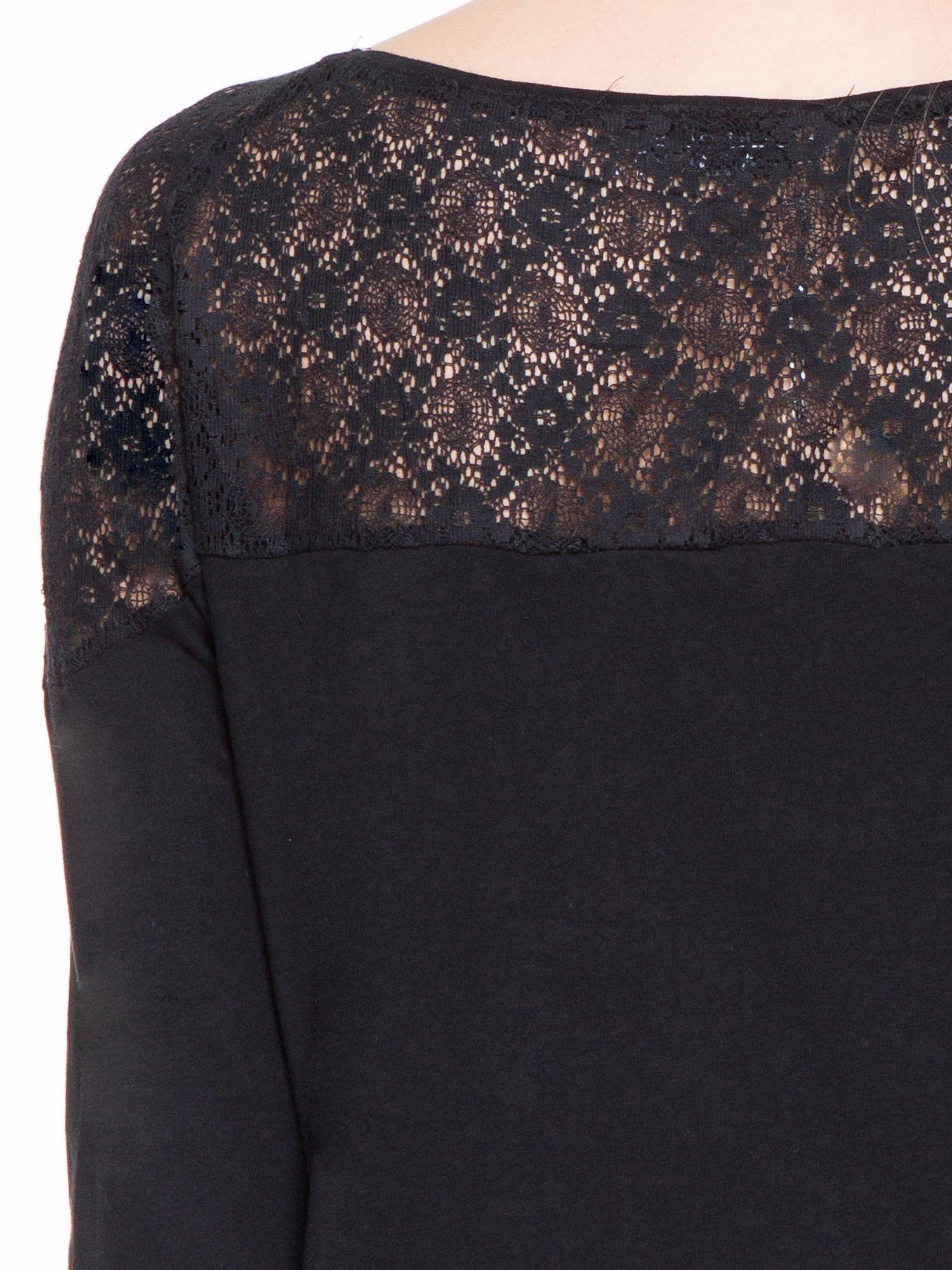 Czarna bluzka z koronkową wstawką na ramionach                                  zdj.                                  7