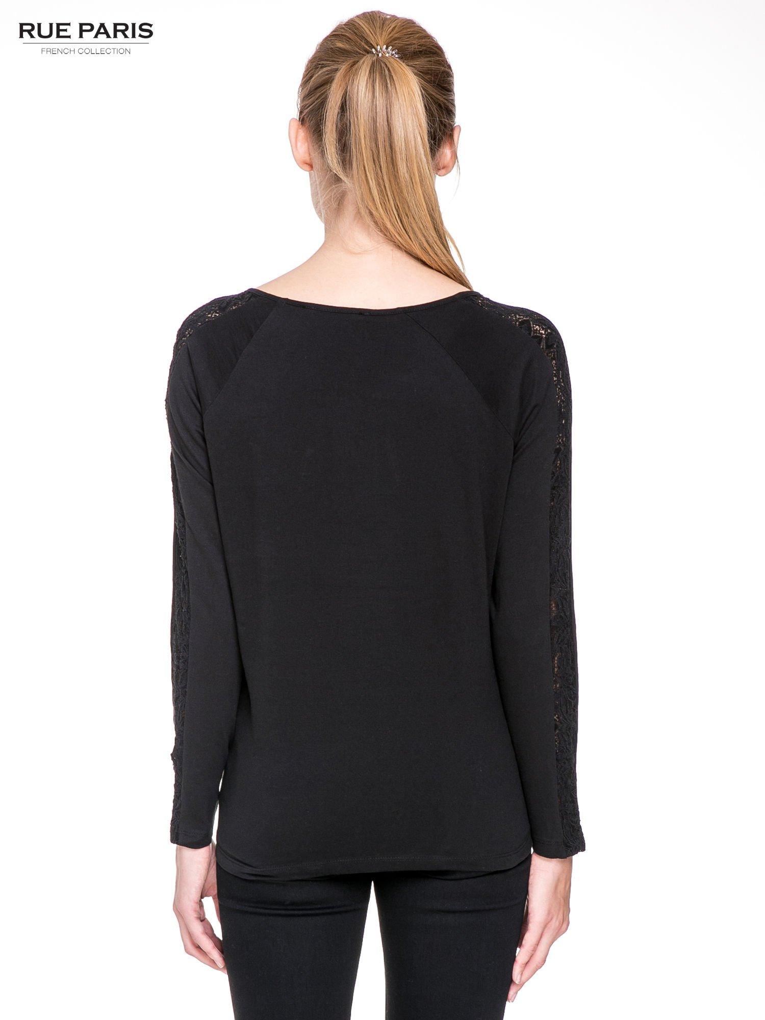 Czarna bluzka z koronkową wstawką wzdłuż rękawów                                  zdj.                                  4