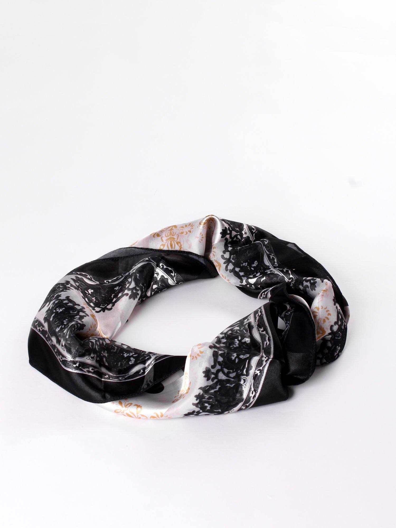 Czarna chusta apaszka w grochy z ornamentem roślinnym                                  zdj.                                  2