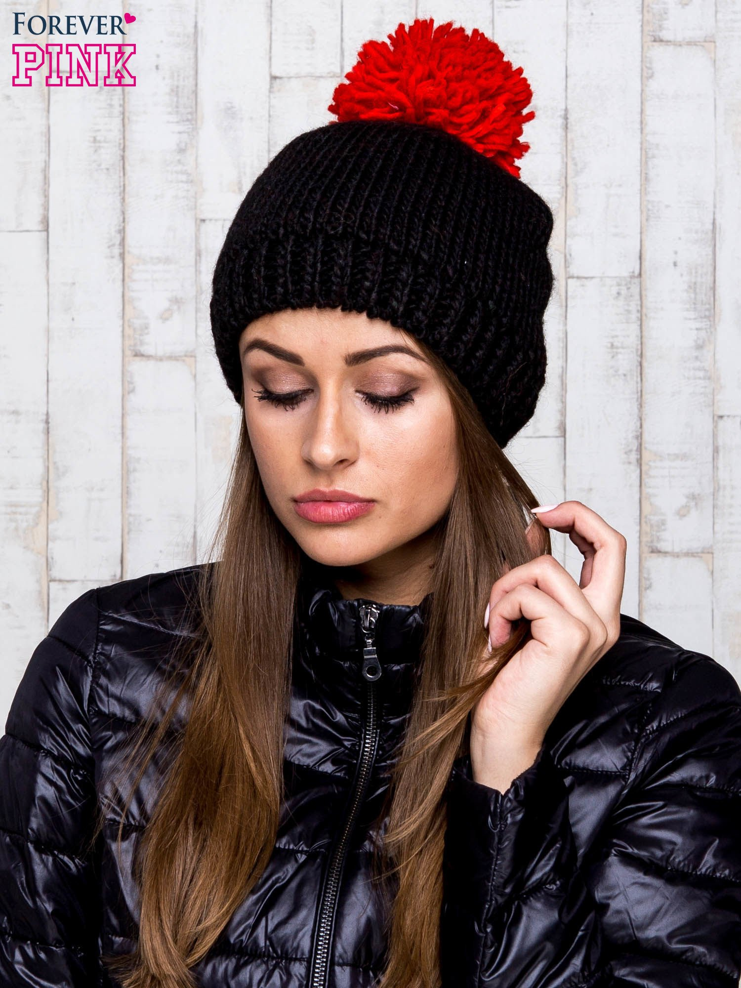 Czarna czapka z kontrastowym pomponem                                  zdj.                                  1