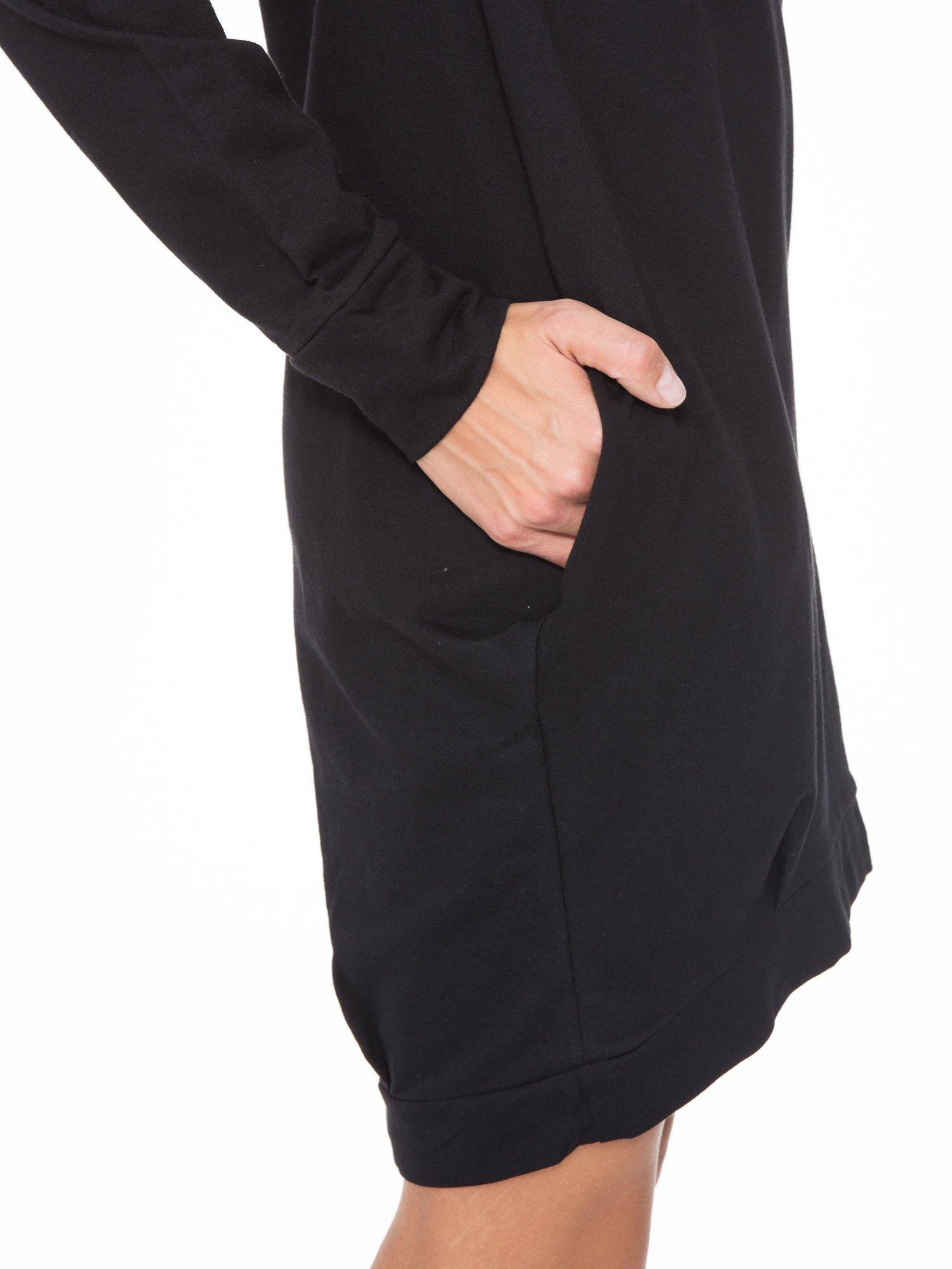 Czarna dresowa sukienka oversize z ozdobnymi kieszeniami                                  zdj.                                  7