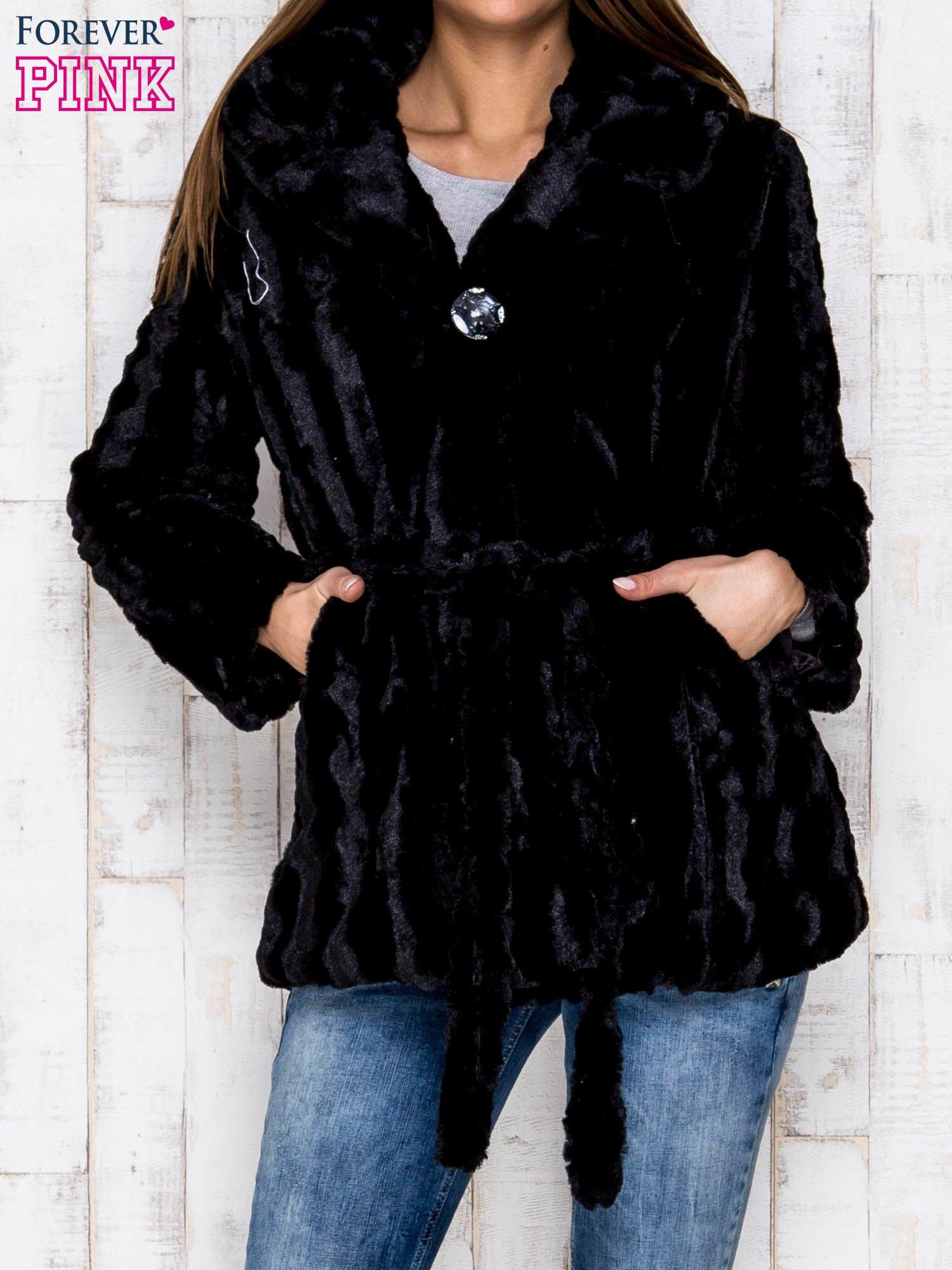 Czarna futrzana kurtka z szerokim kołnierzem i paskiem                                  zdj.                                  1