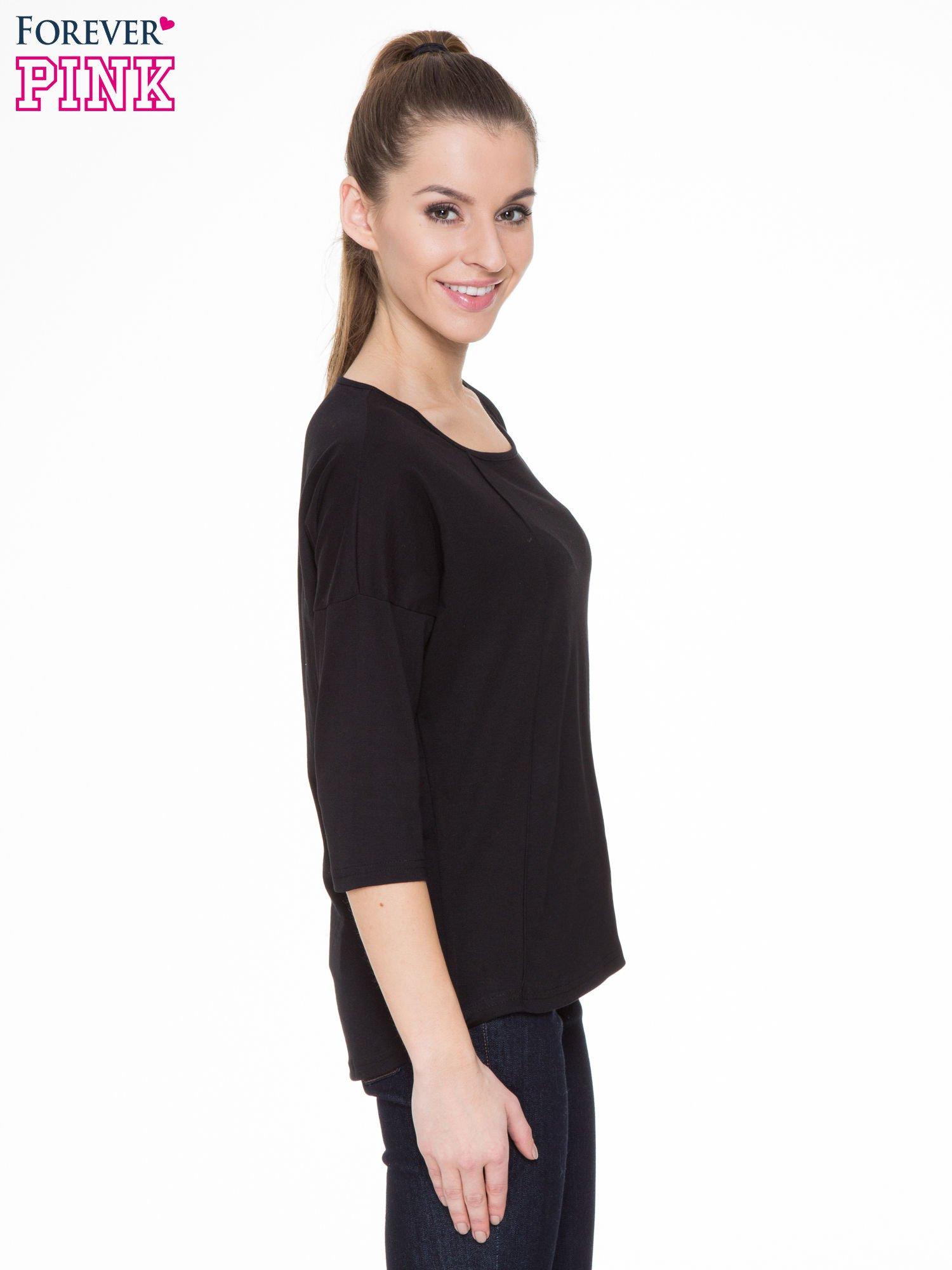 Czarna gładka bluzka z ozdobnymi przeszyciami                                  zdj.                                  3