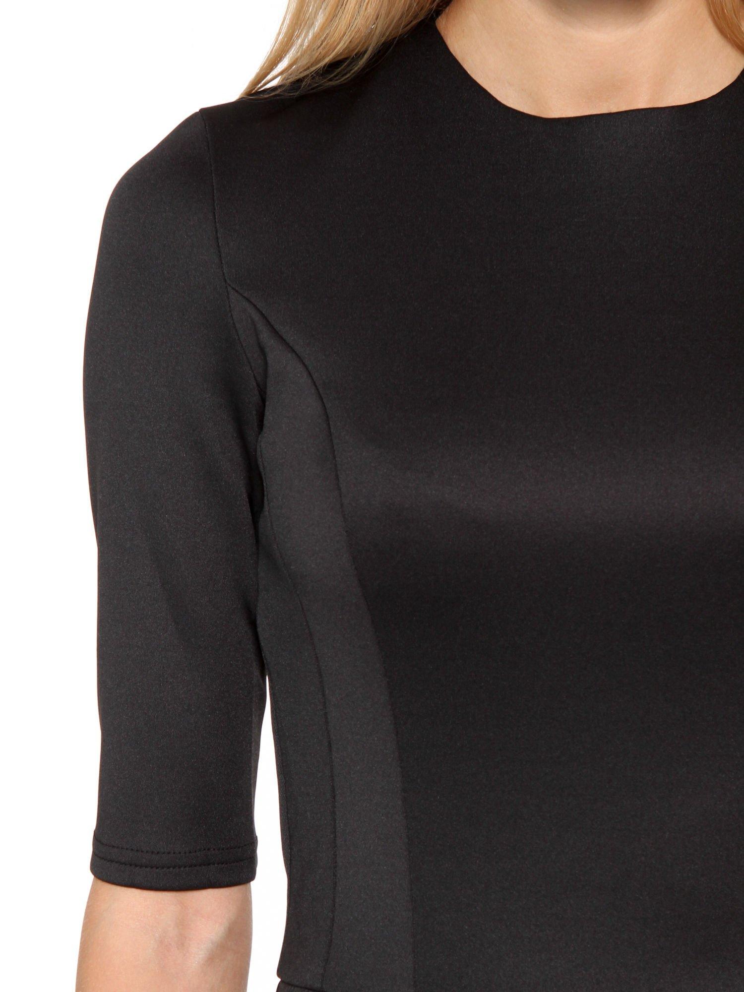 Czarna klasyczna sukienka z rozkloszowanym dołem w pikowany wzór                                  zdj.                                  6