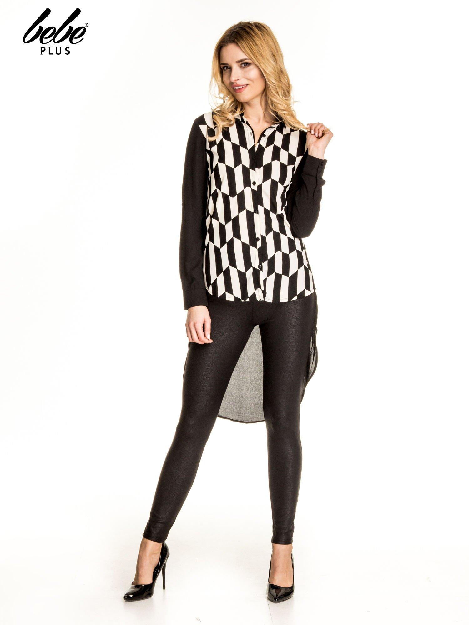 Czarna koszula w geometryczne wzory z dłuższym tyłem                                  zdj.                                  2