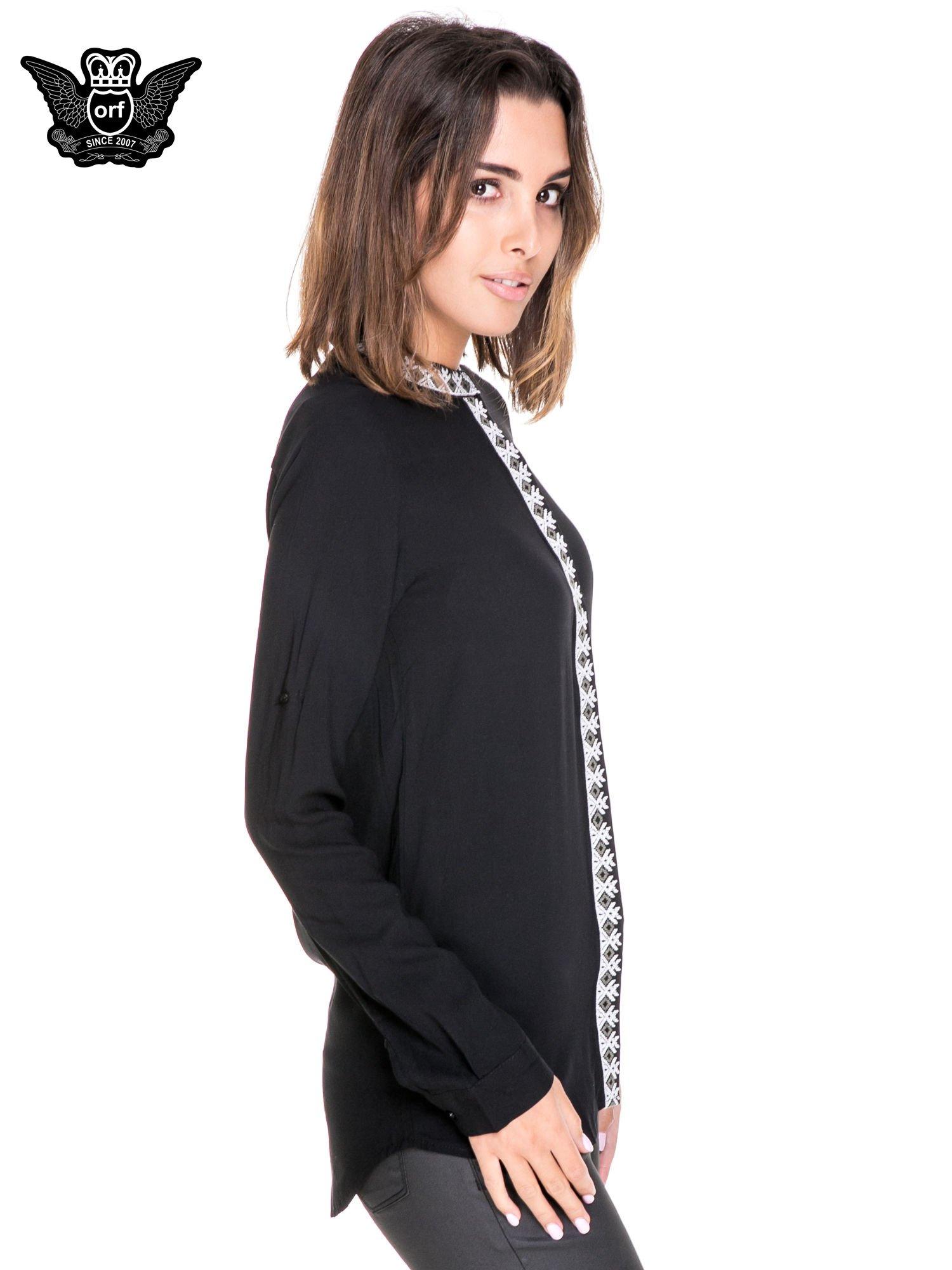 Czarna koszula w stylu boho ze wzorzystą listwą i kołnierzykiem                                  zdj.                                  3