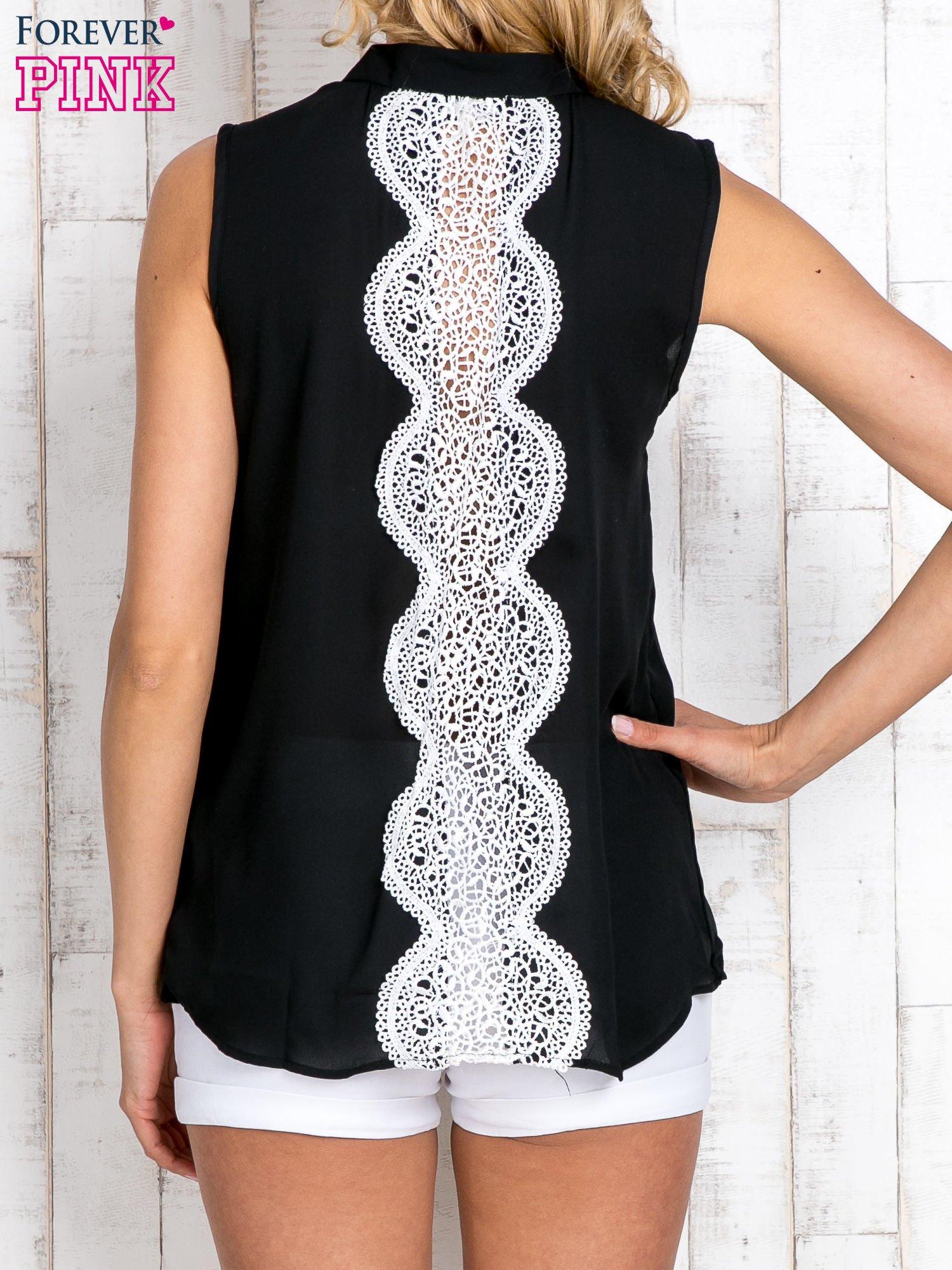 Czarna koszula z suwakiem i ażurową aplikacją na plecach                                  zdj.                                  4