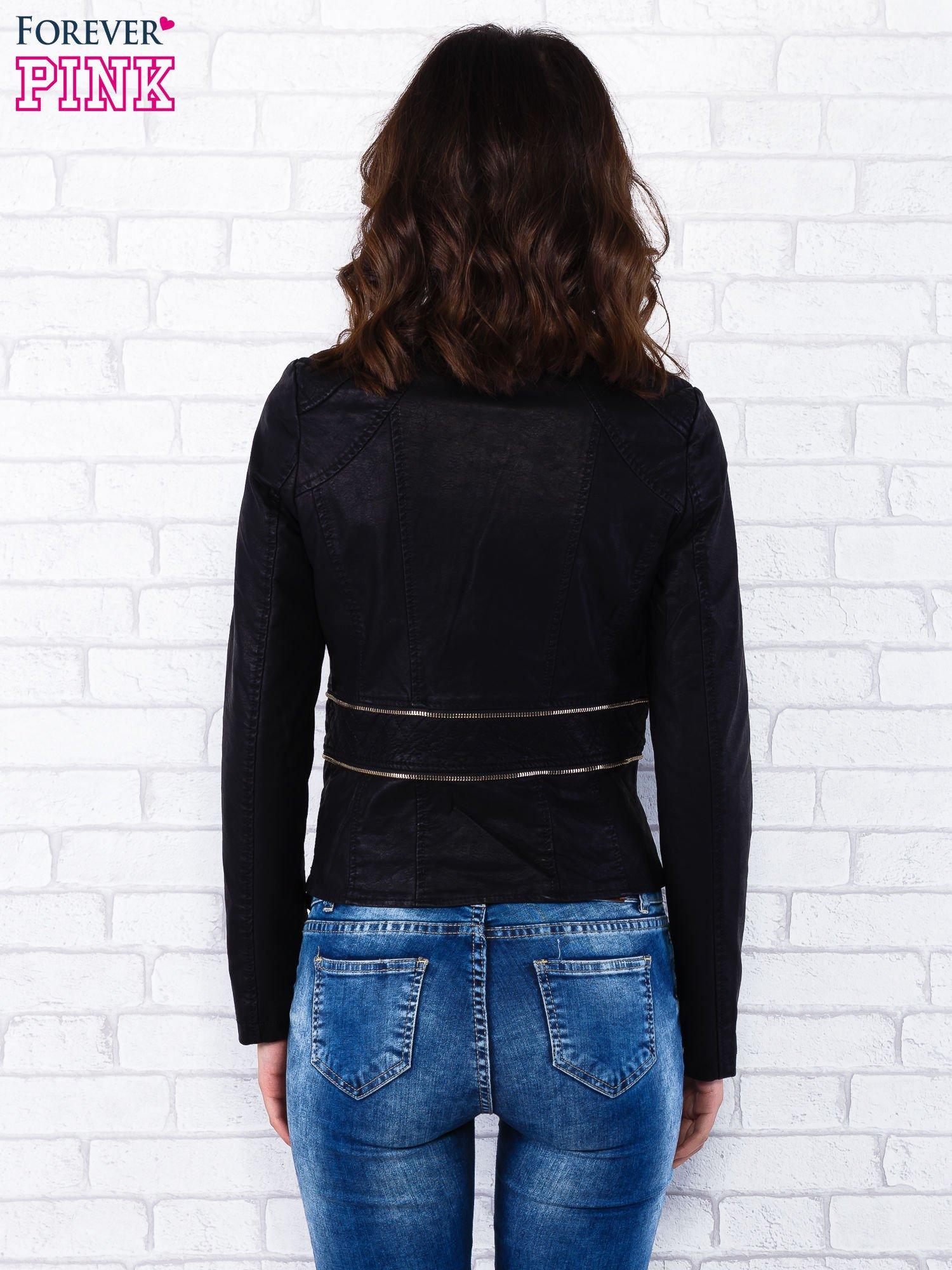 Czarna kurtka ramoneska ze złotym suwakiem z tyłu                                  zdj.                                  4
