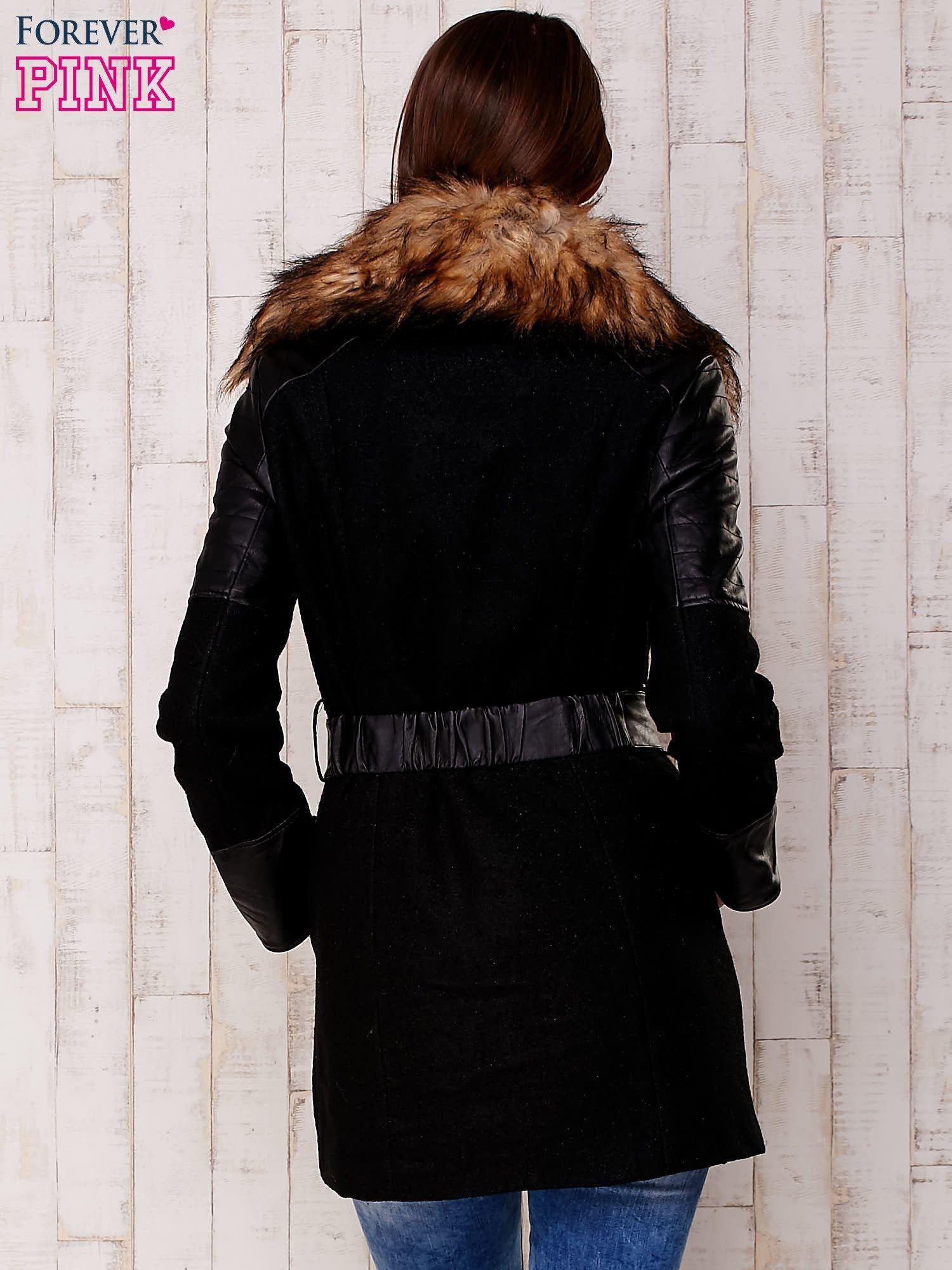 Czarna kurtka z futrzanym kołnierzem i skórzanymi wstawkami                                  zdj.                                  4
