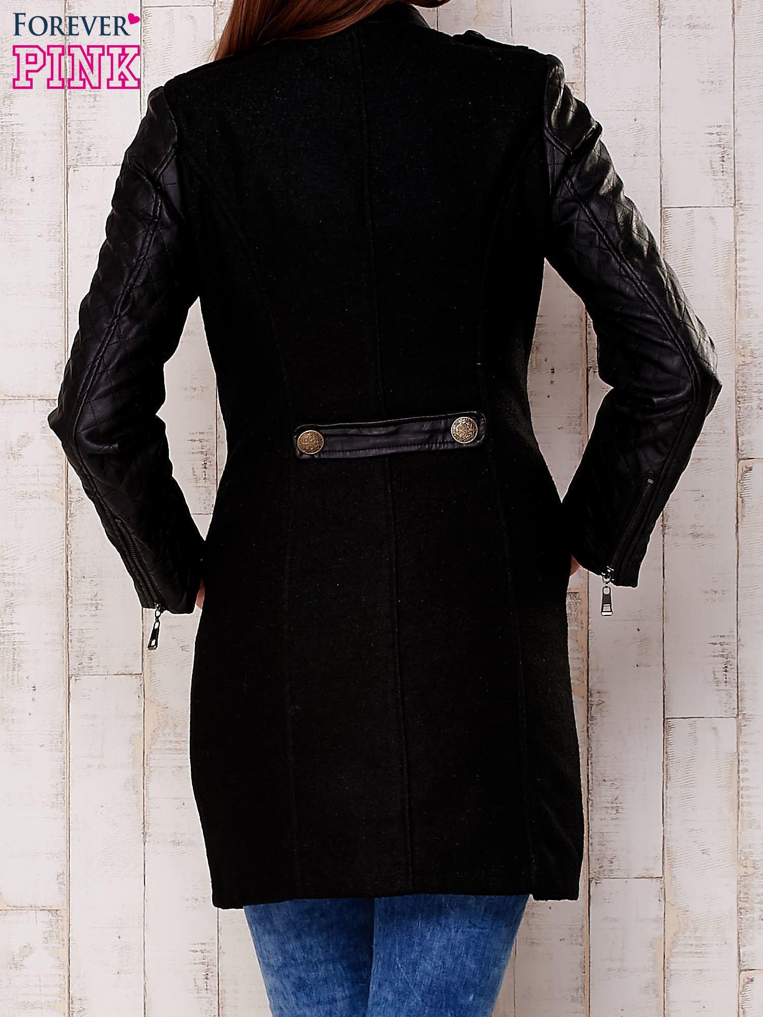 Czarna kurtka z pikowanymi rękawami i suwakami                                  zdj.                                  4