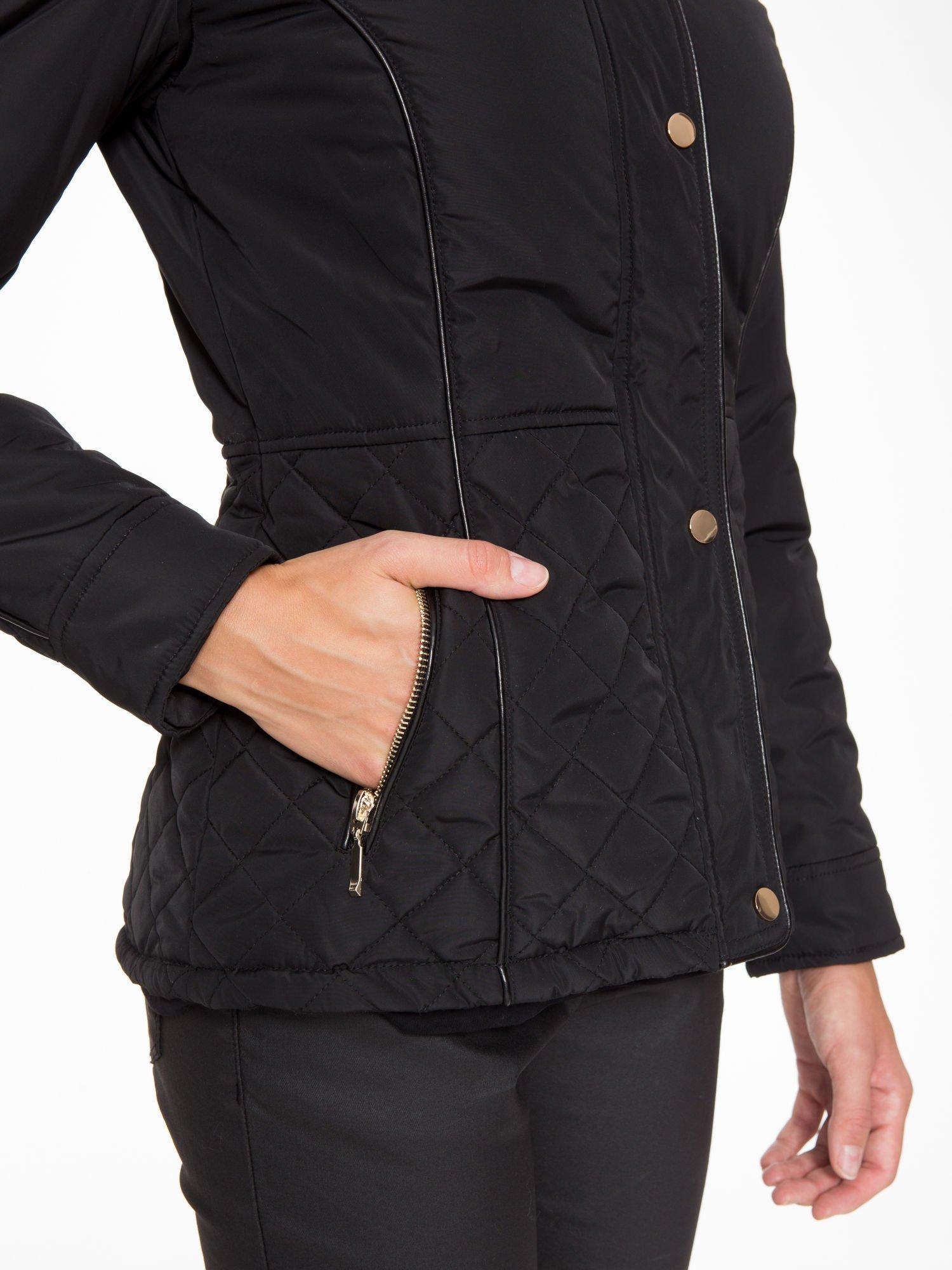 Czarna kurtka z pikowanymi wstawkami i skórzaną lamówką                                  zdj.                                  7
