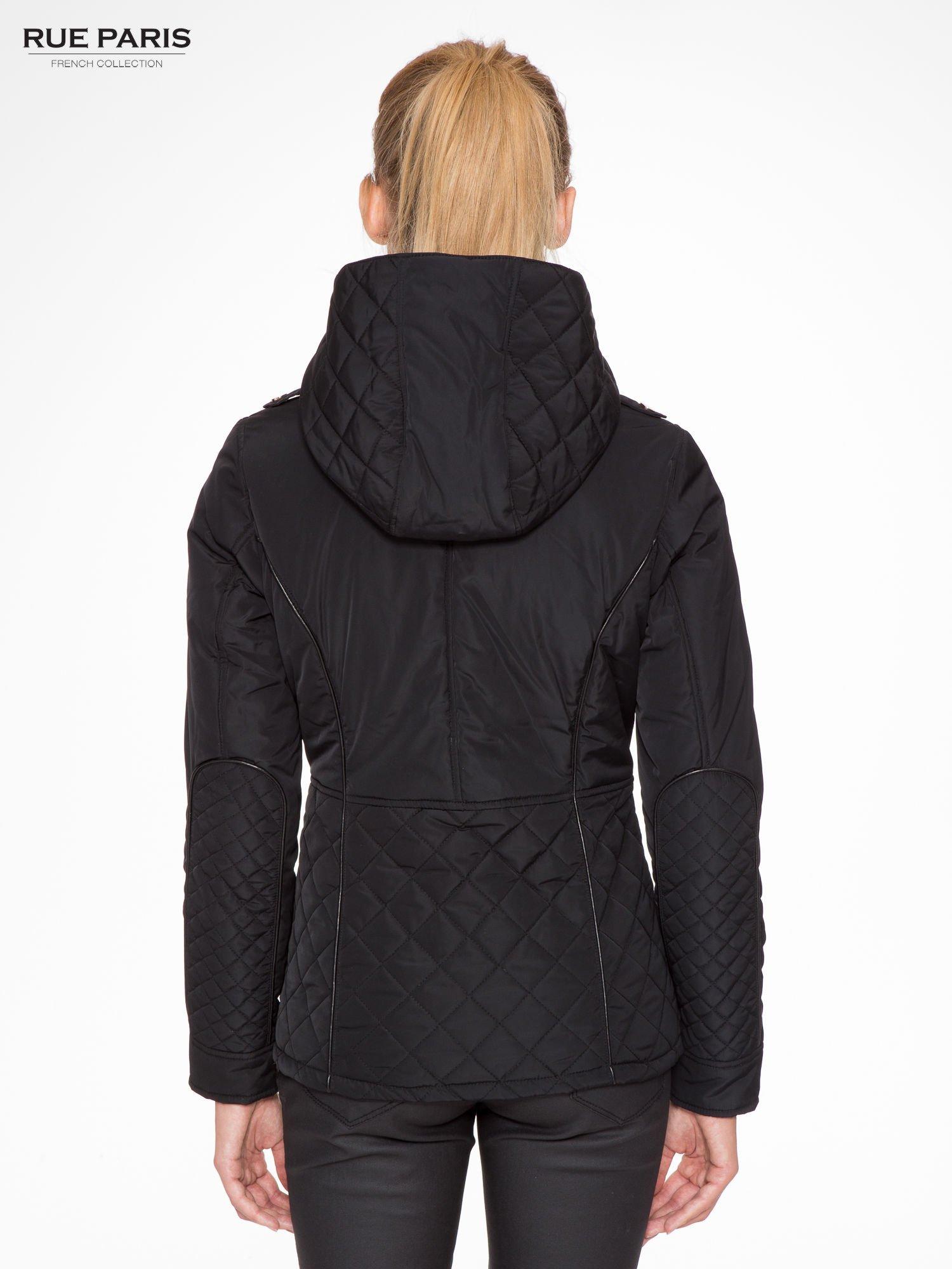 Czarna kurtka z pikowanymi wstawkami i skórzaną lamówką                                  zdj.                                  2