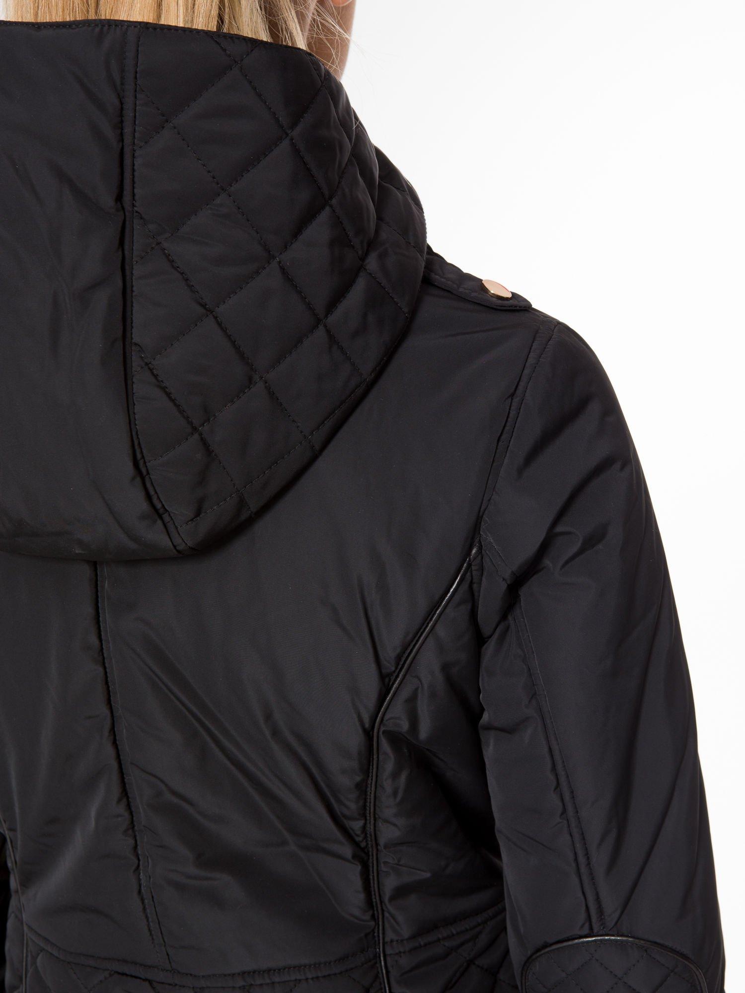 Czarna kurtka z pikowanymi wstawkami i skórzaną lamówką                                  zdj.                                  10
