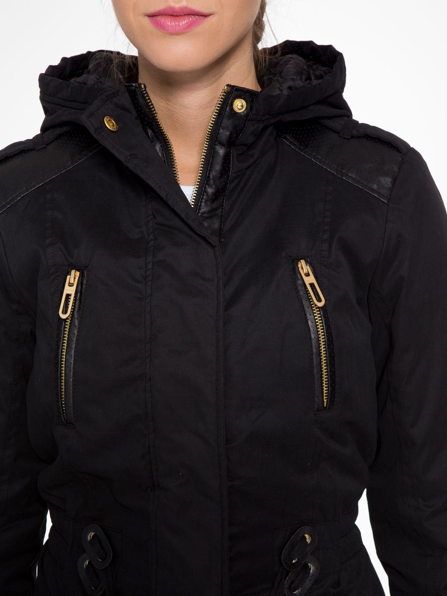Czarna kurtka z suwakami i skórzanymi wstawkami                                  zdj.                                  6