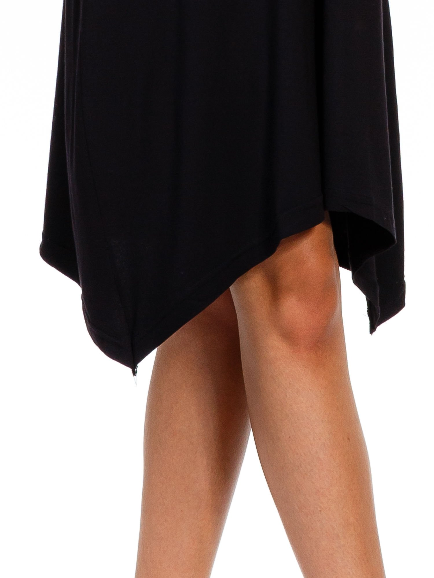 Czarna luźna sukienka z asymetrycznym dołem                                  zdj.                                  3
