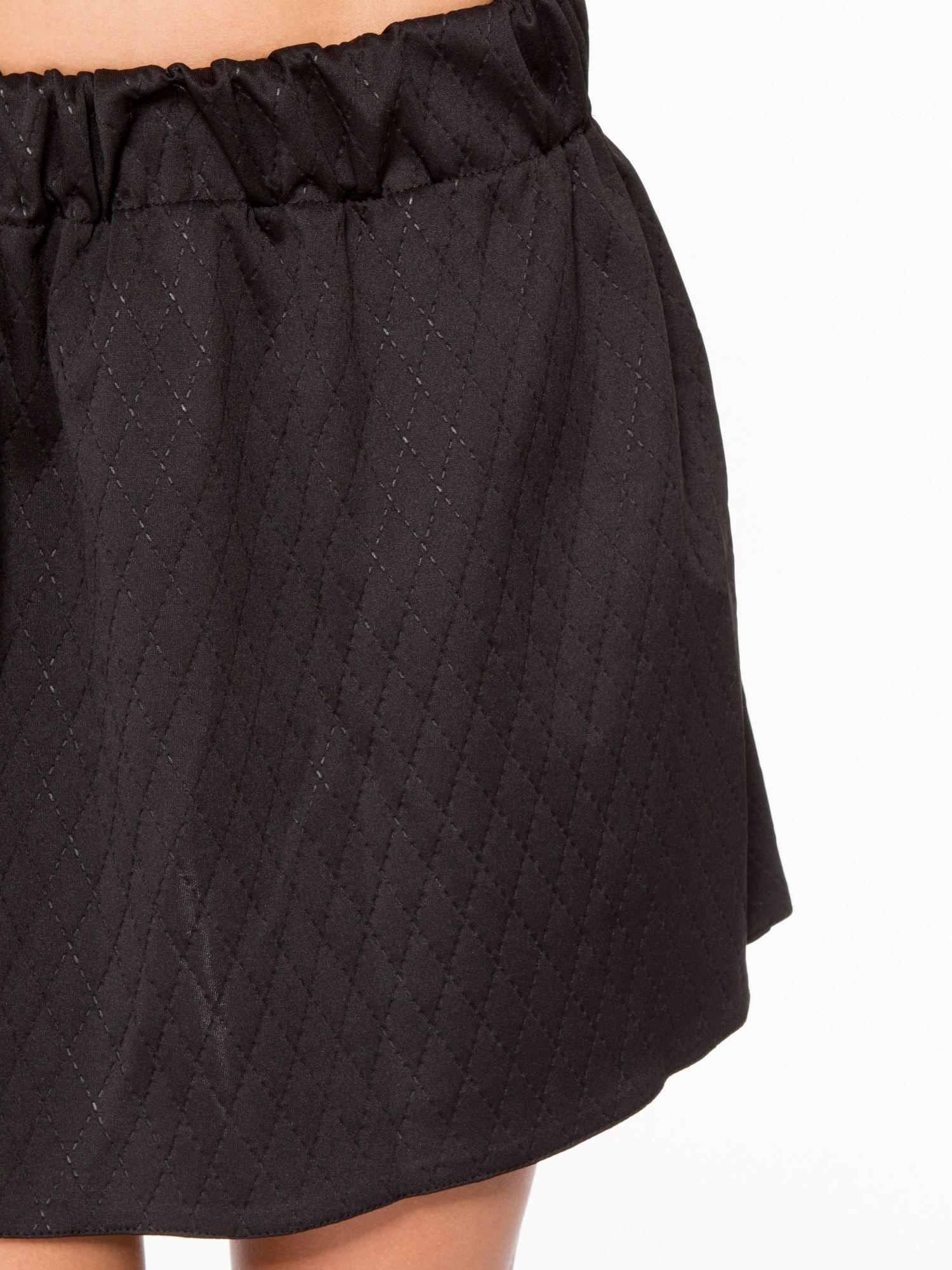Czarna mini spódniczka w pikowany wzór                                  zdj.                                  8