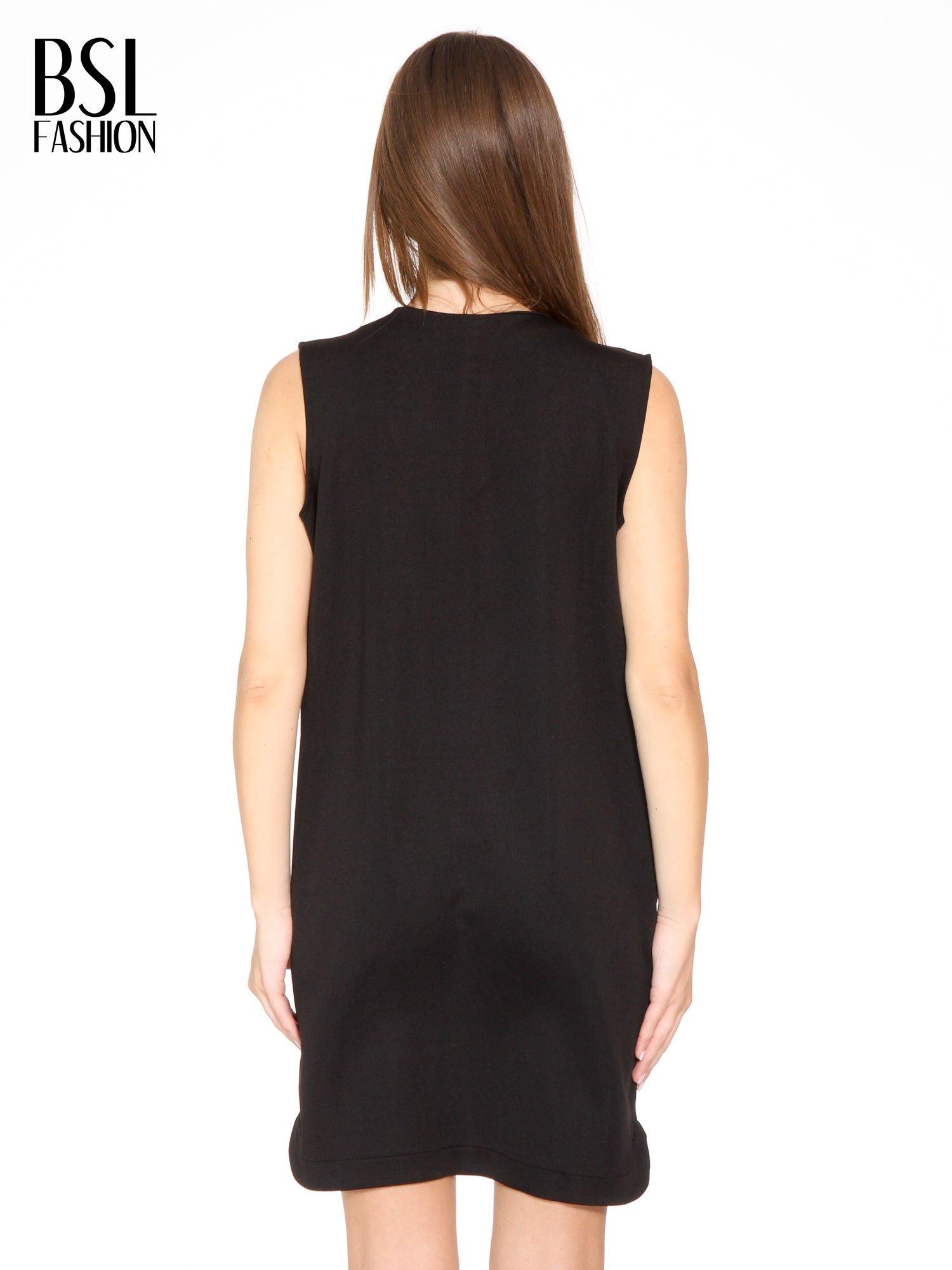 Czarna minimalistyczna sukienka z dekoltem w serek                                  zdj.                                  4