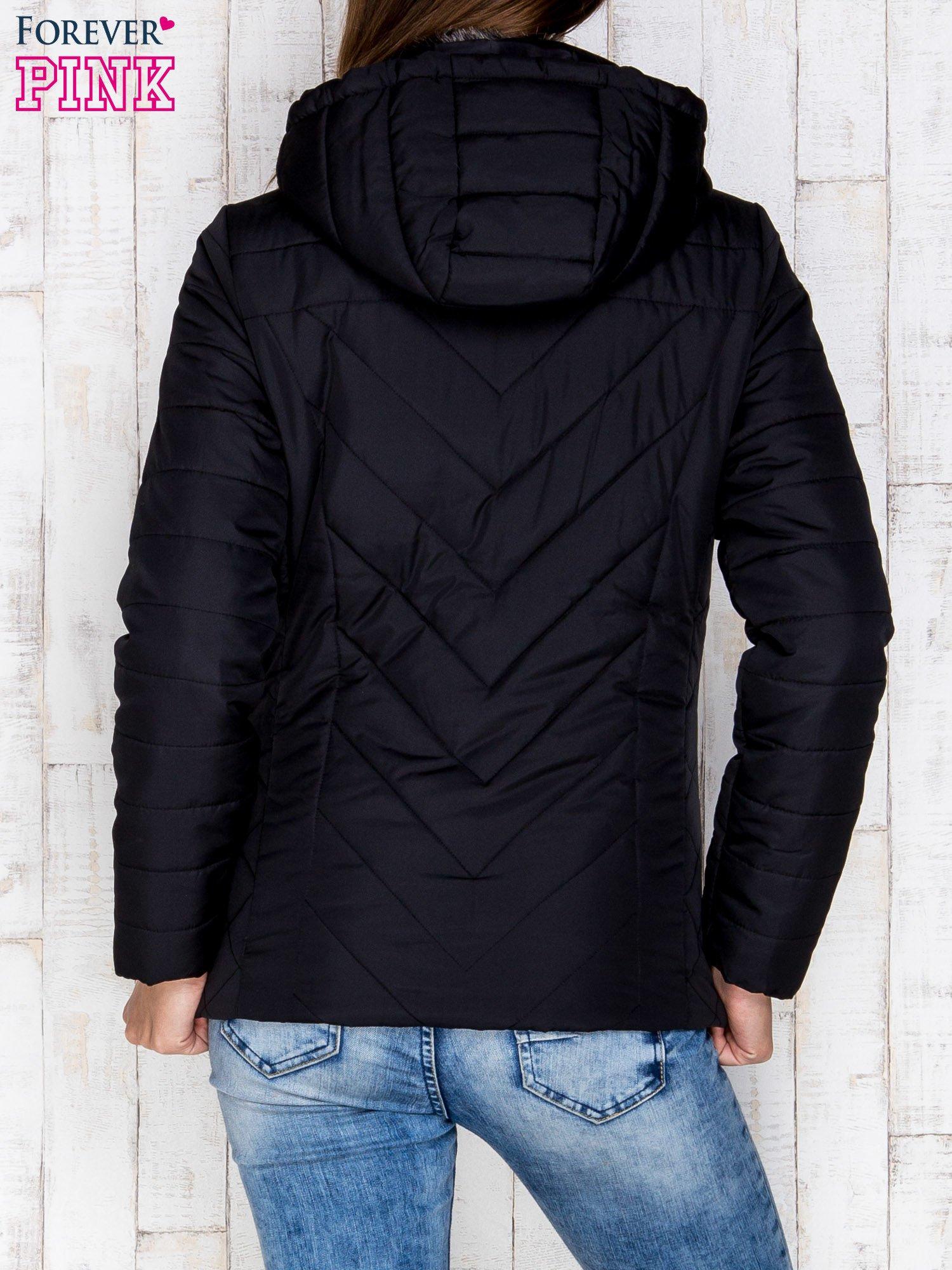 Czarna pikowana kurtka z kapturem i futrzanym kołnierzem                                  zdj.                                  2
