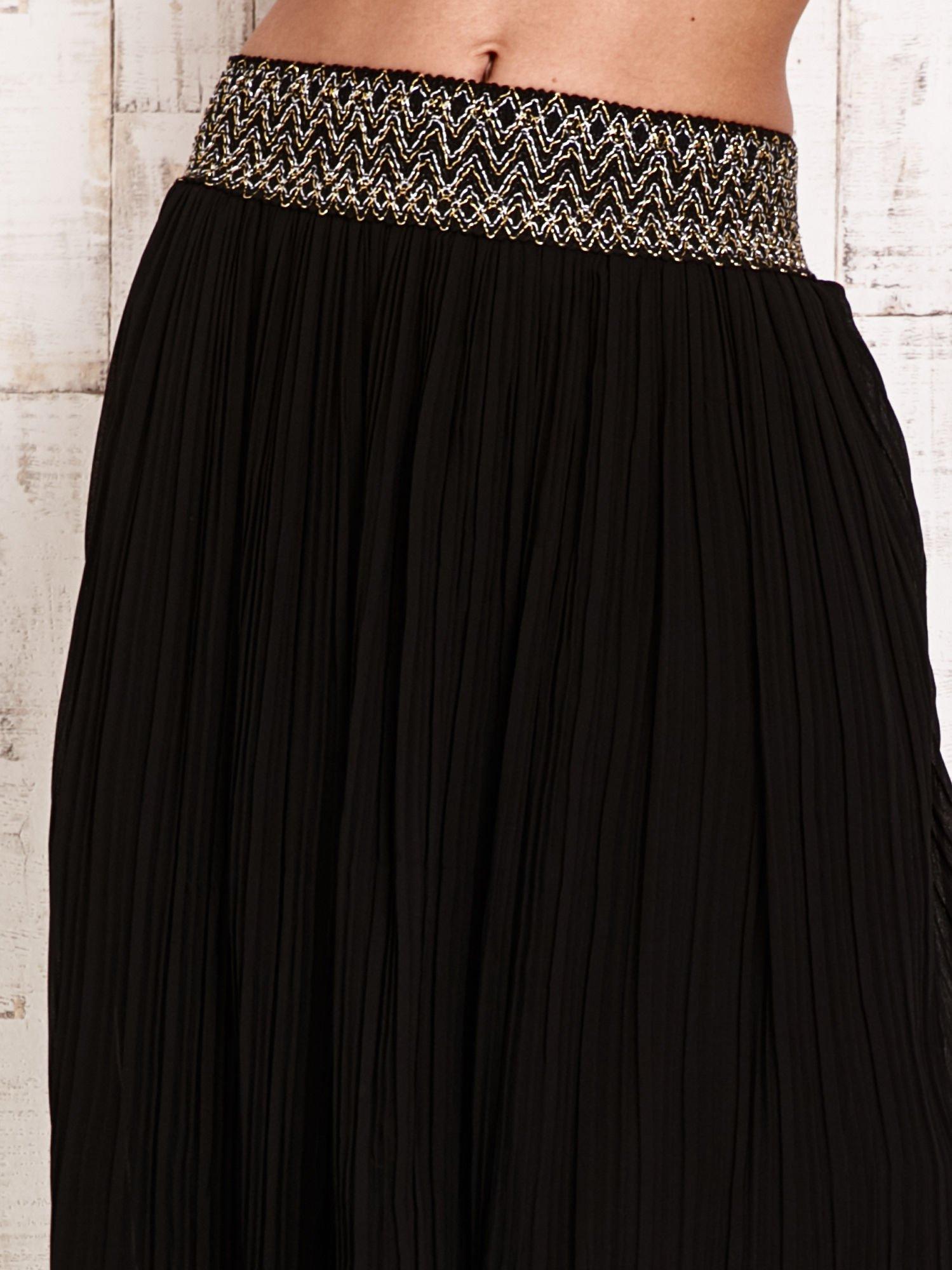 Czarna plisowana spódnica maxi z pasem przeszywanym metaliczną nicią                                  zdj.                                  4
