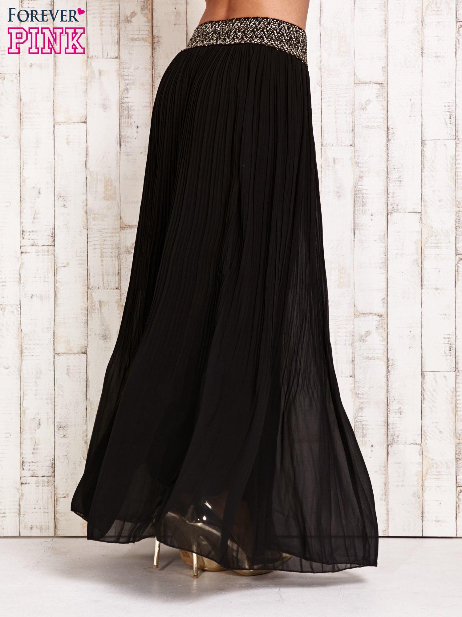 Czarna plisowana spódnica maxi z pasem przeszywanym metaliczną nicią                                  zdj.                                  3
