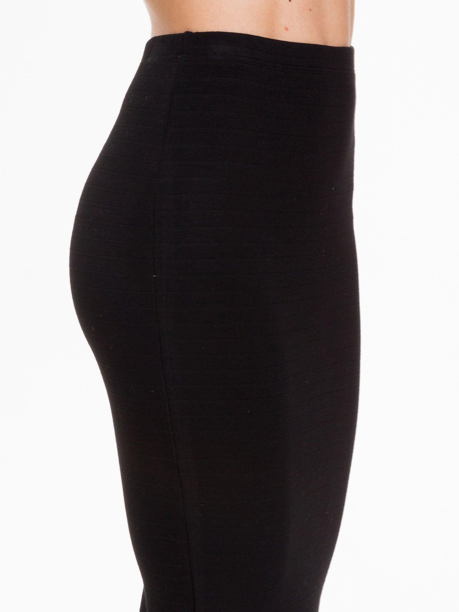 Czarna prążkowana dzianinowa spódnica za kolano                                  zdj.                                  5