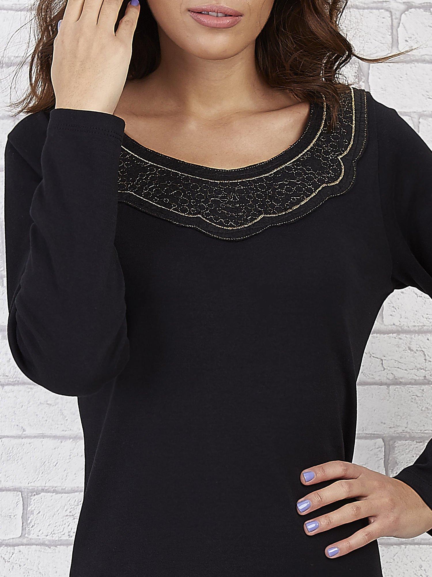 Czarna prosta sukienka z koronkowym dekoltem                                  zdj.                                  5