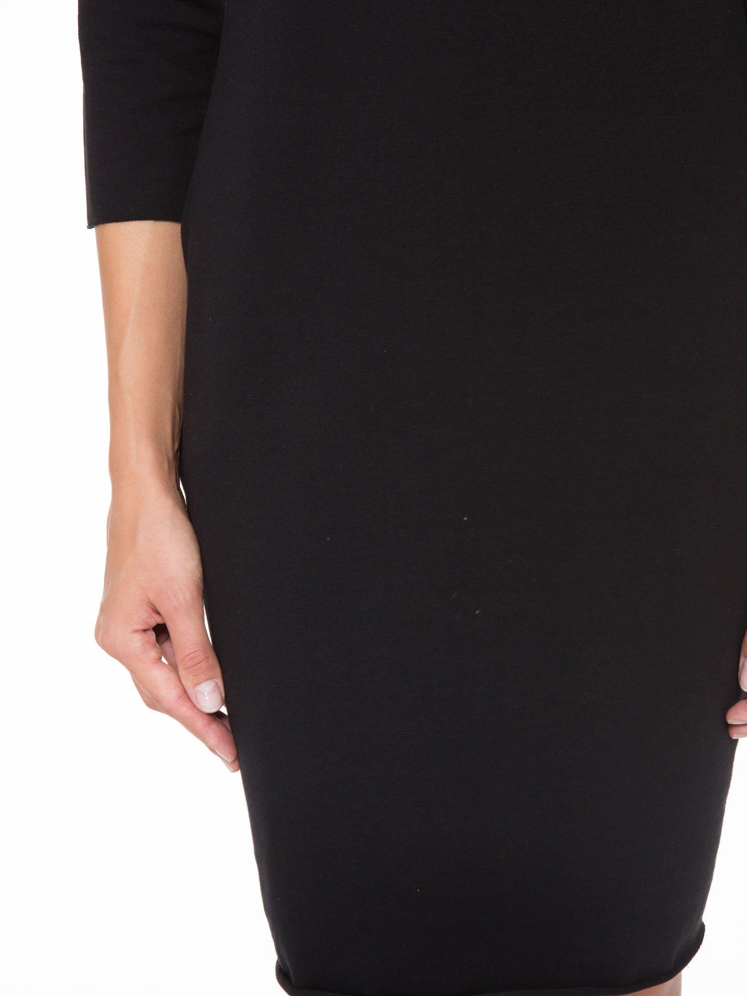 Czarna prosta sukienka z surowym wykończeniem i kieszeniami                                  zdj.                                  6