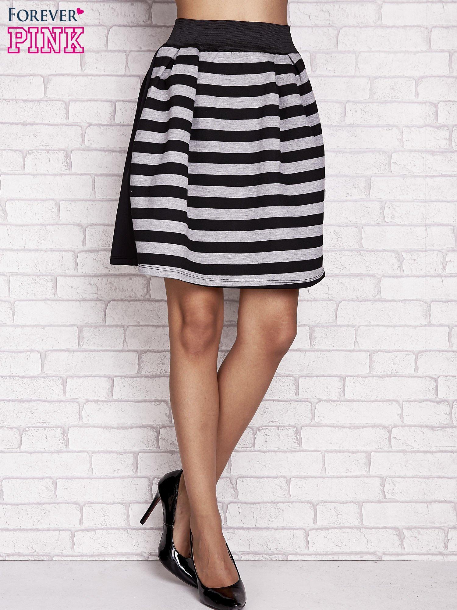 Czarna rozkloszowana spódnica w paski                                  zdj.                                  1