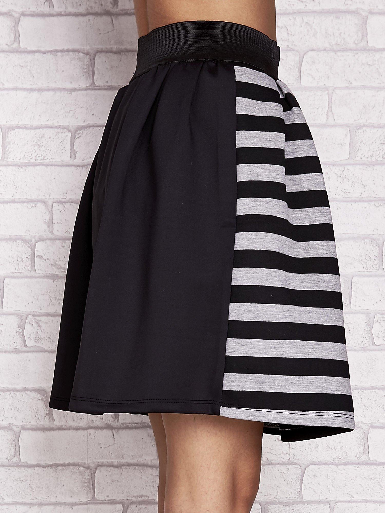 Czarna rozkloszowana spódnica w paski                                  zdj.                                  5