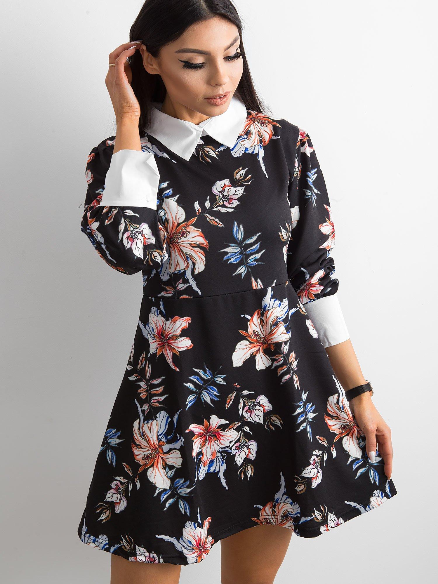 e18430254b Czarna rozkloszowana sukienka w kwiaty z kołnierzykiem - Sukienka z ...