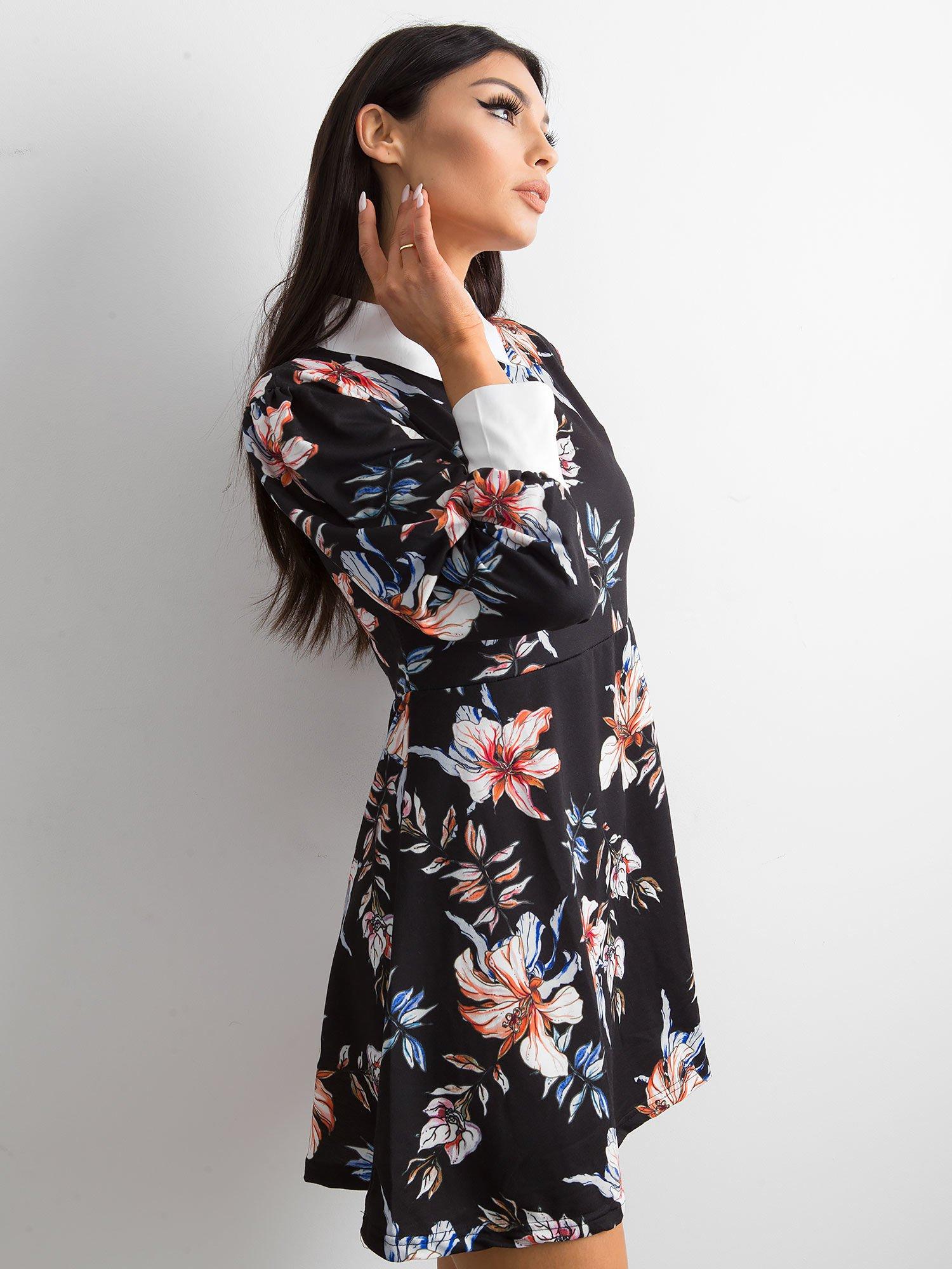 5fcfcbef19 Czarna rozkloszowana sukienka w kwiaty z kołnierzykiem - Sukienka z ...