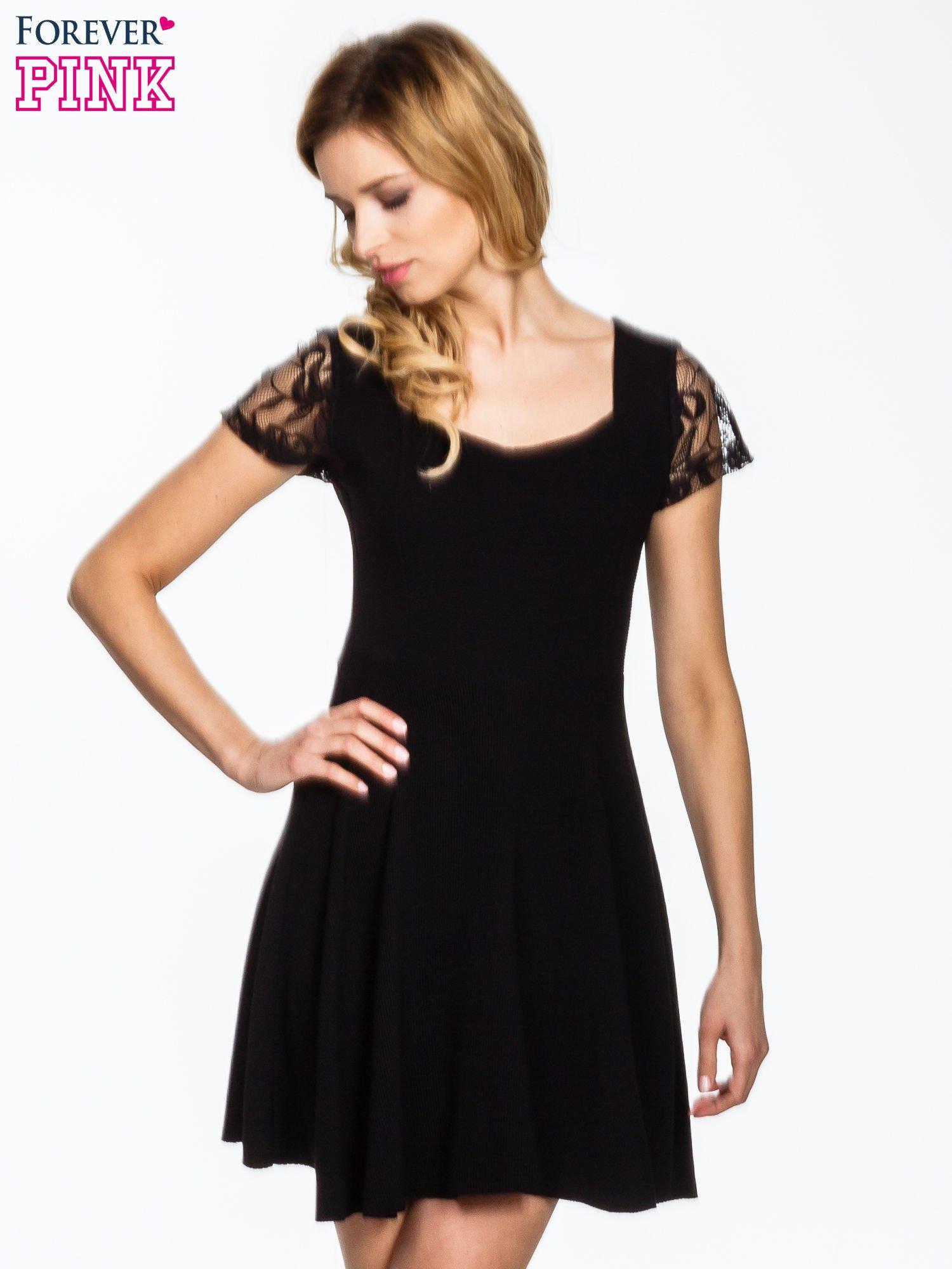 Czarna rozkloszowana sukienka z koronkowymi rękawami                                  zdj.                                  1