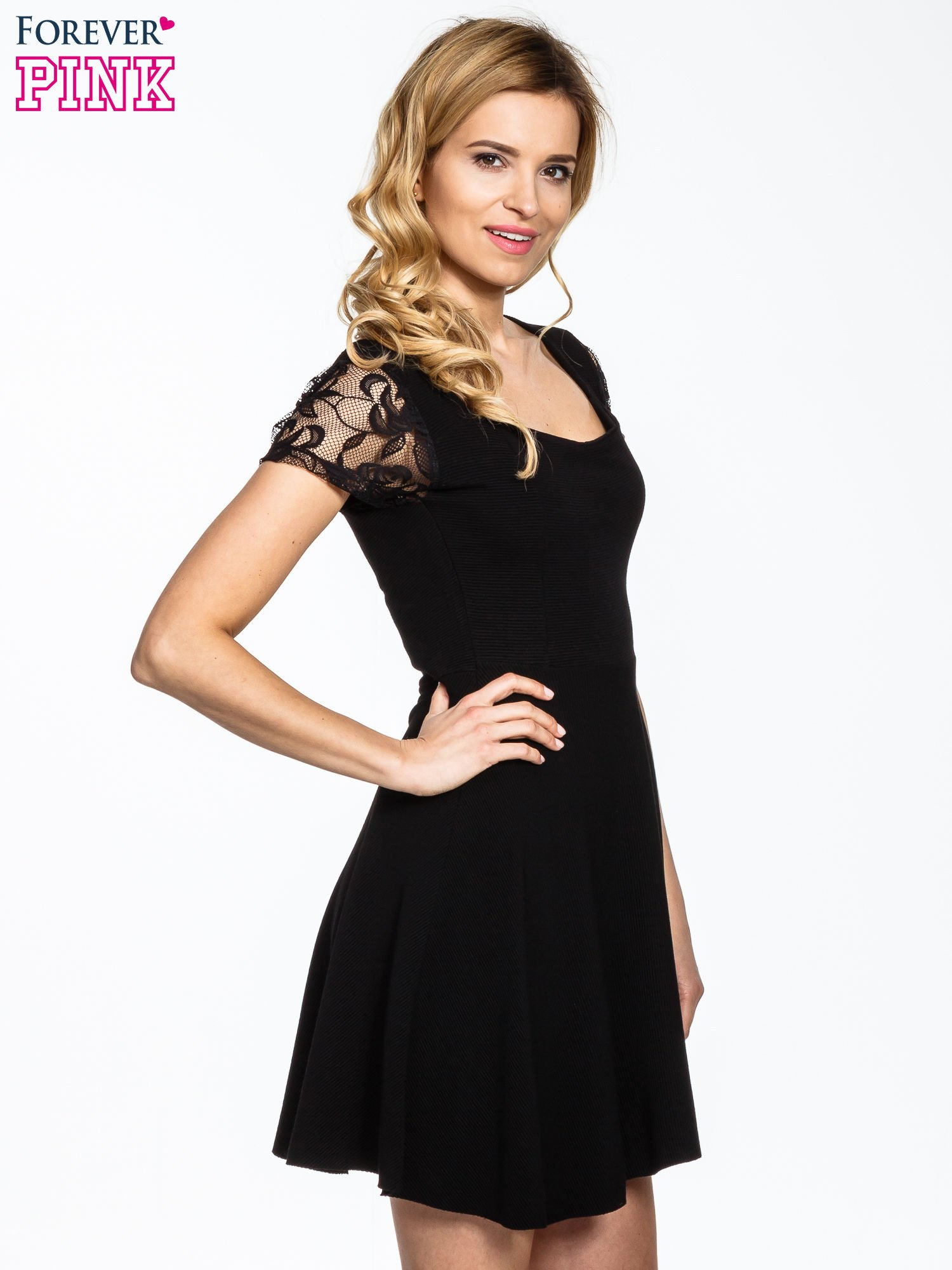 Czarna rozkloszowana sukienka z koronkowymi rękawami                                  zdj.                                  3