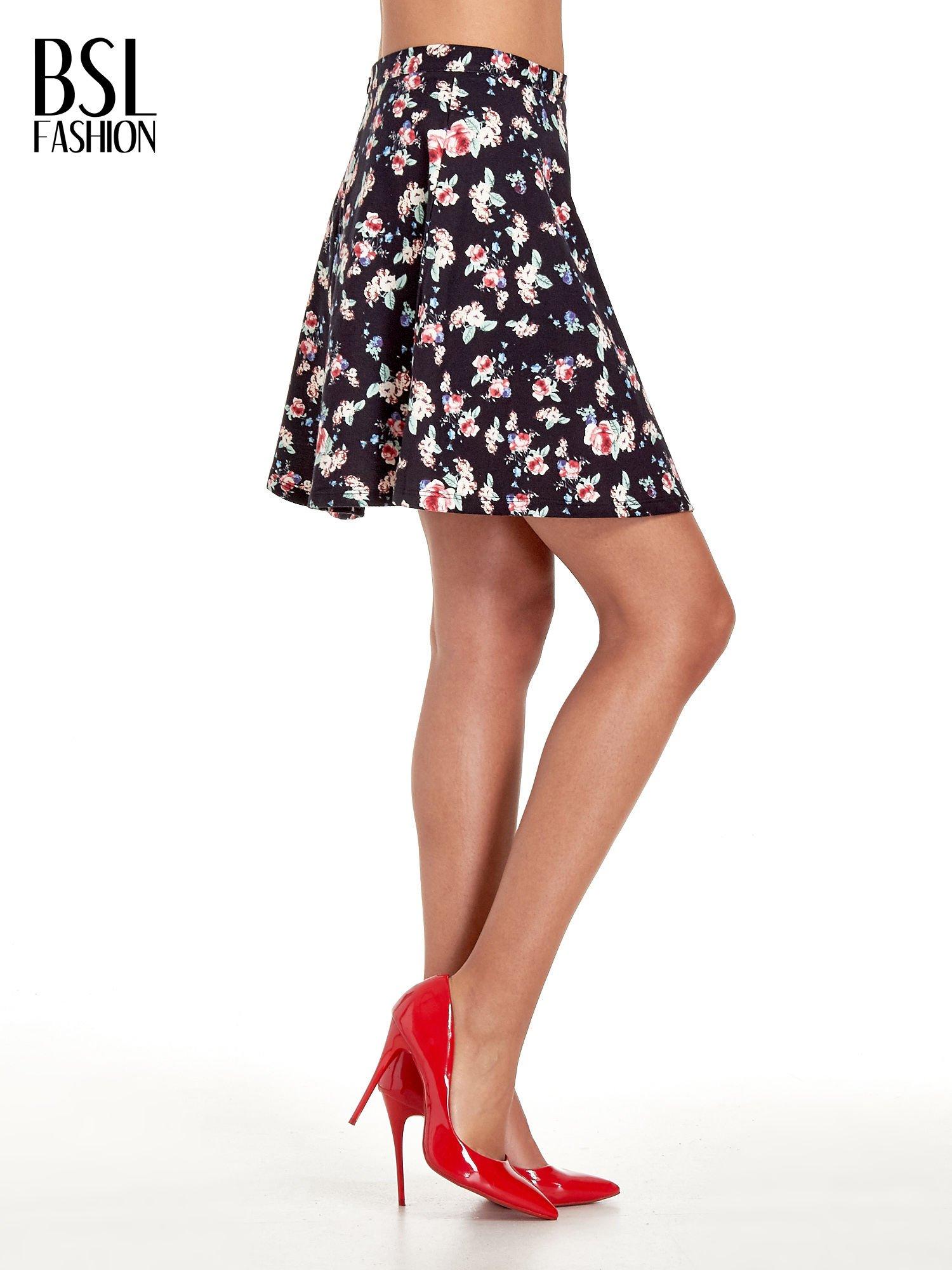 Czarna rozkloszowna mini spódniczka w łączkę                                  zdj.                                  3